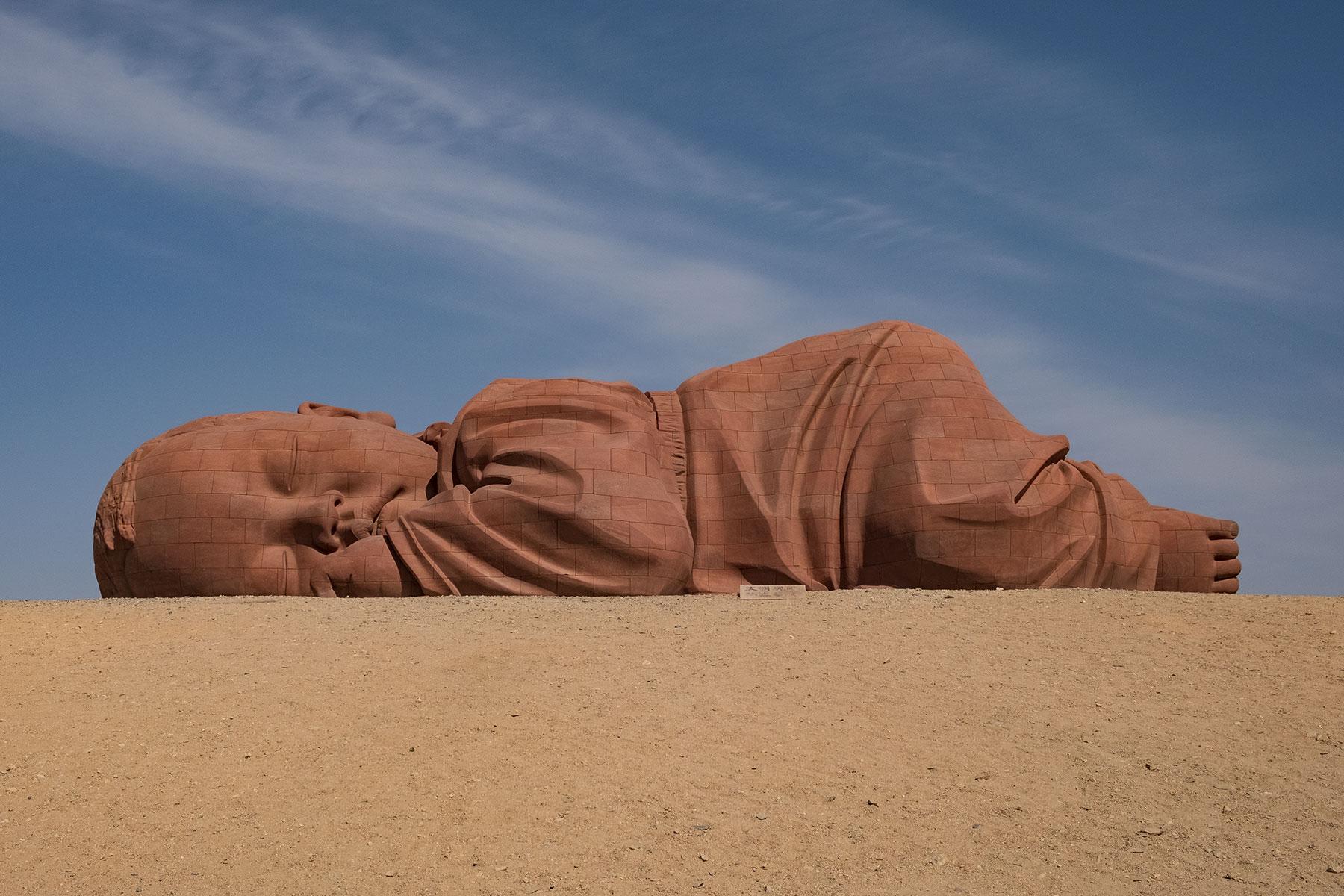 Schlafendes Baby Kunst in Gansu in China in der Wüste