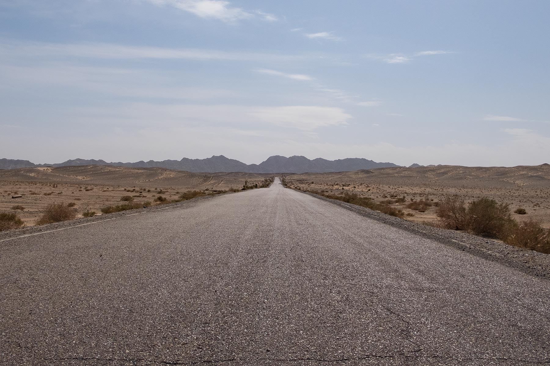 Lange gerade Straße in der Wüste in Gansu in China