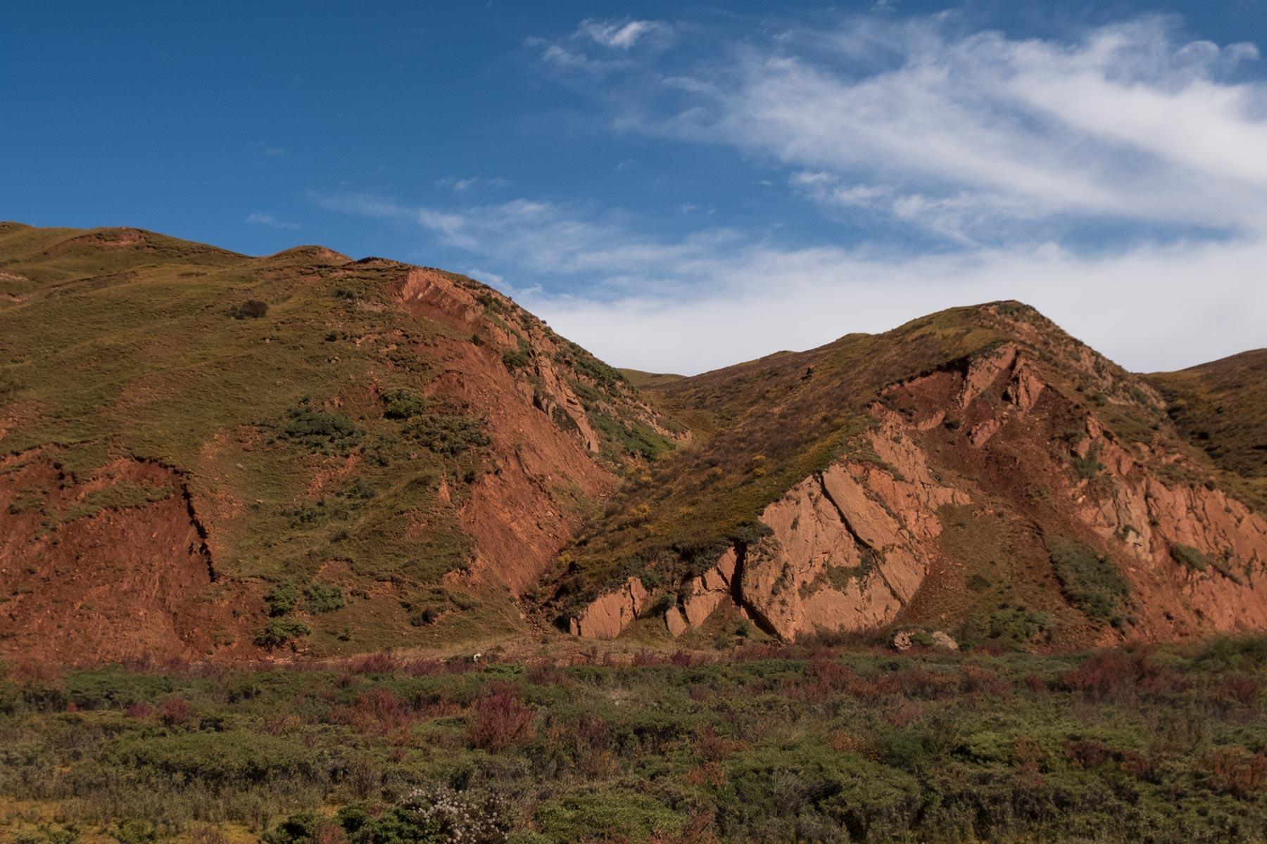 Bergregion in Rot in Gansu in China