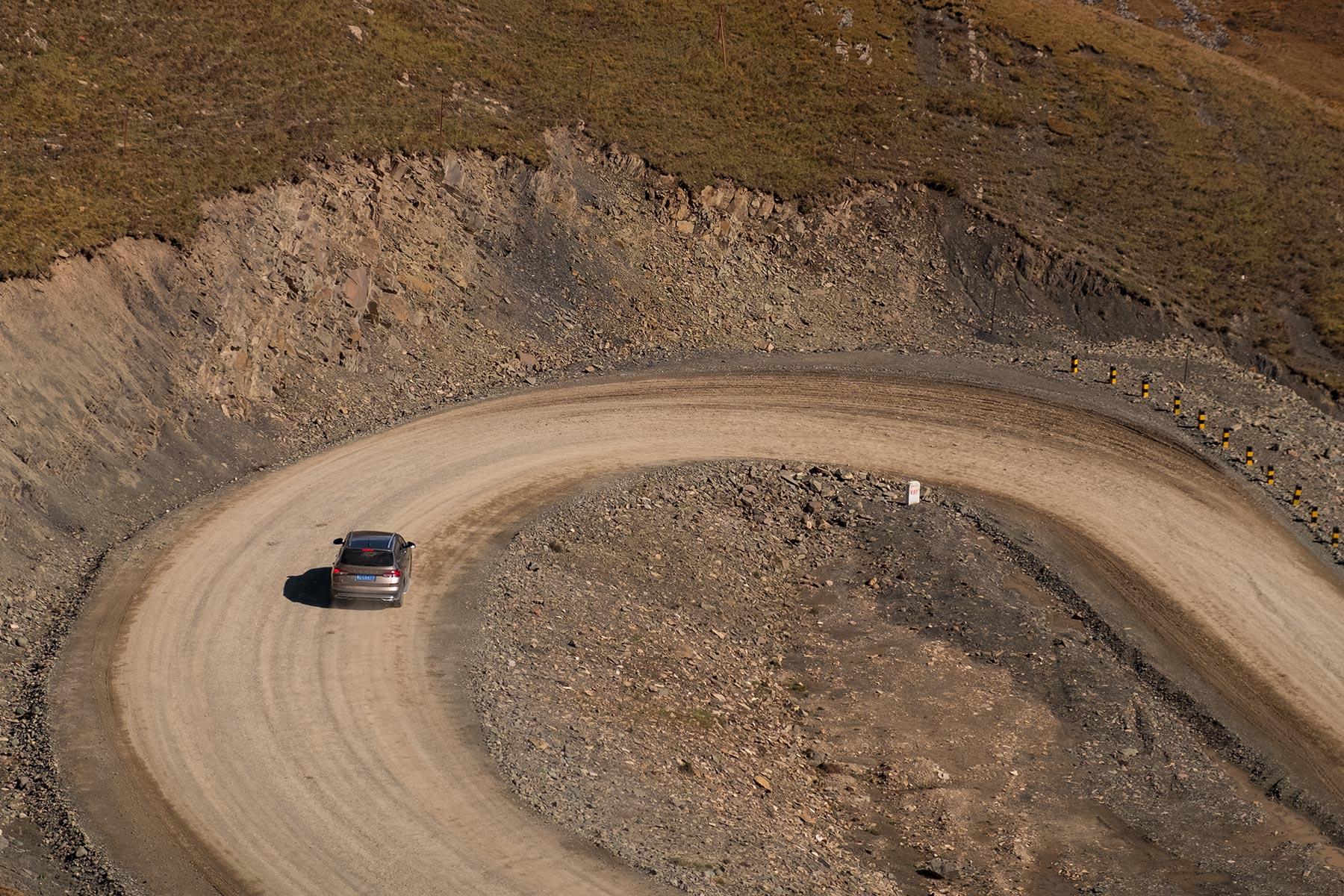 Auto fährt auf einer Bergstraße in Qinghai China