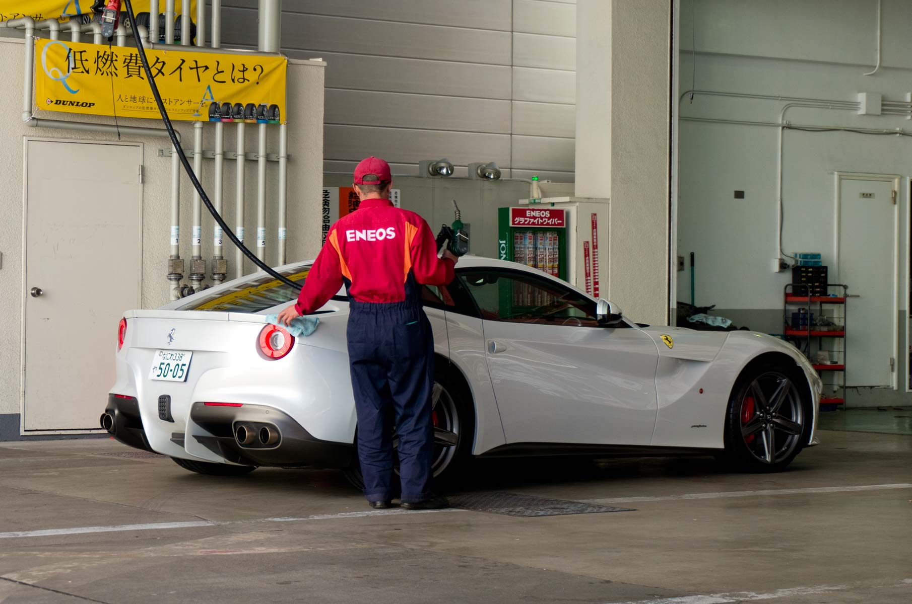 Ferrari an Tankstelle in Osaka, Japan