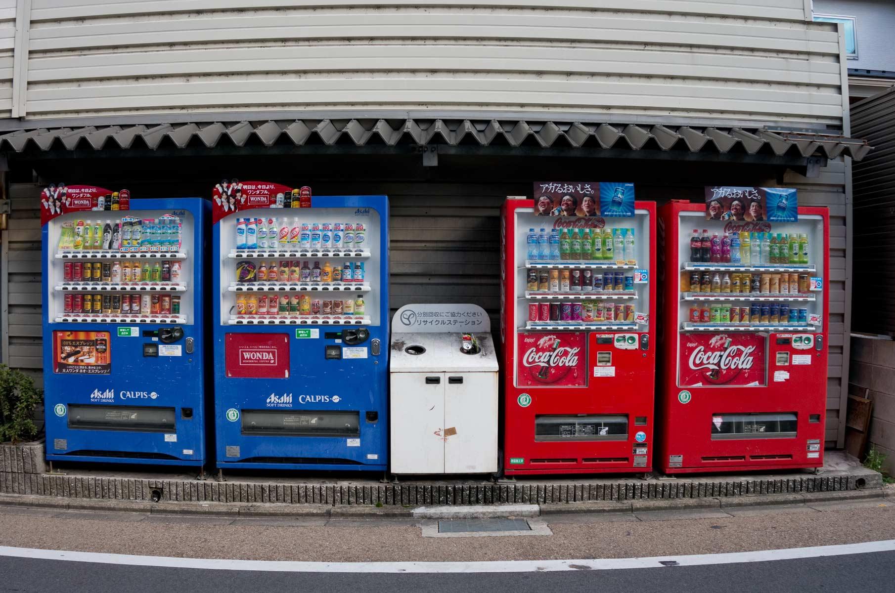 Coca Cola und Asahi Calpis Getränkeautomaten in Osaka, Japan