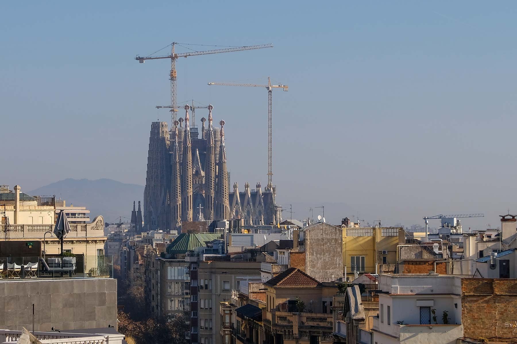 Blick auf die Sagrada Familia vom Dach der Casa Milà in Barcelona