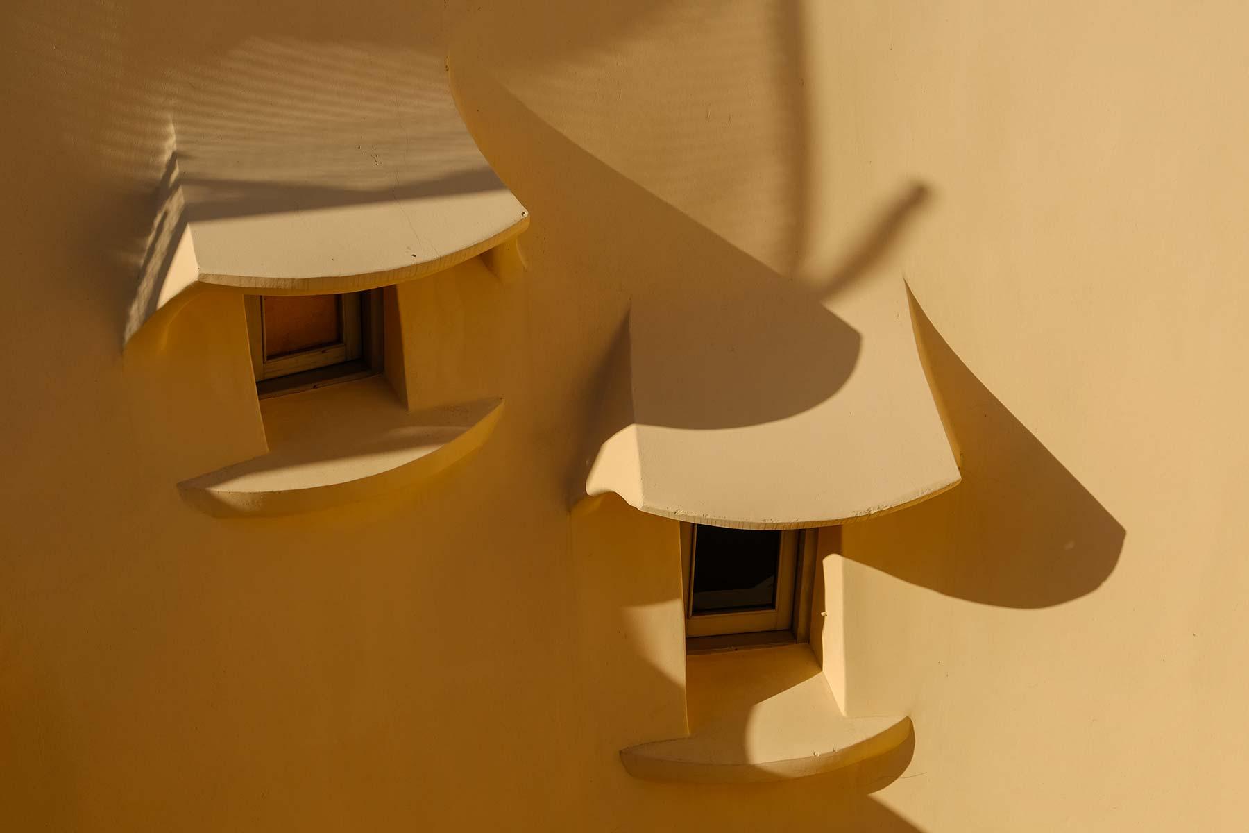 Kleine Fenster in der Fassade der Casa Milà in Barcelona