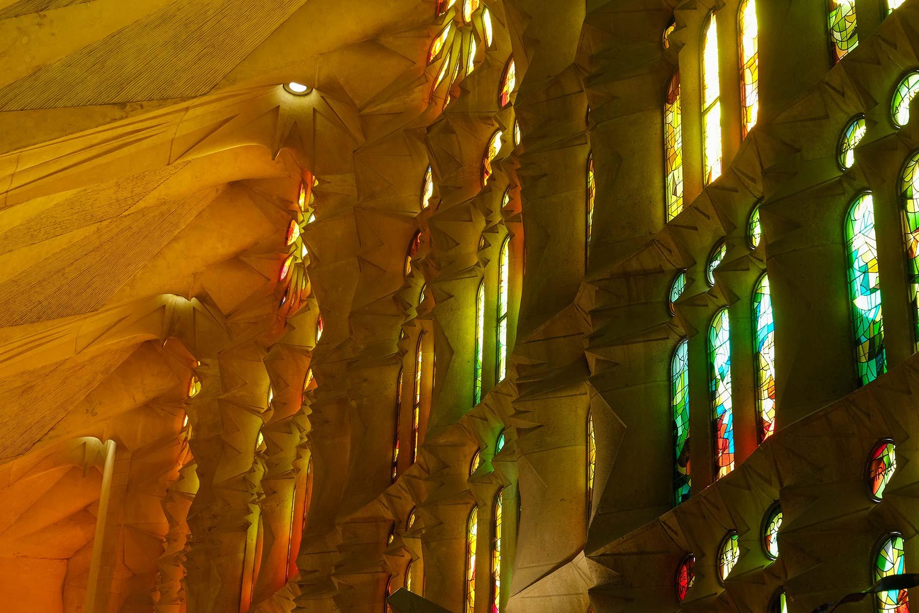 Lichtspiel auf der Passionsseite in der Sagrada Familia von Antoni Gaudi in Barcelona