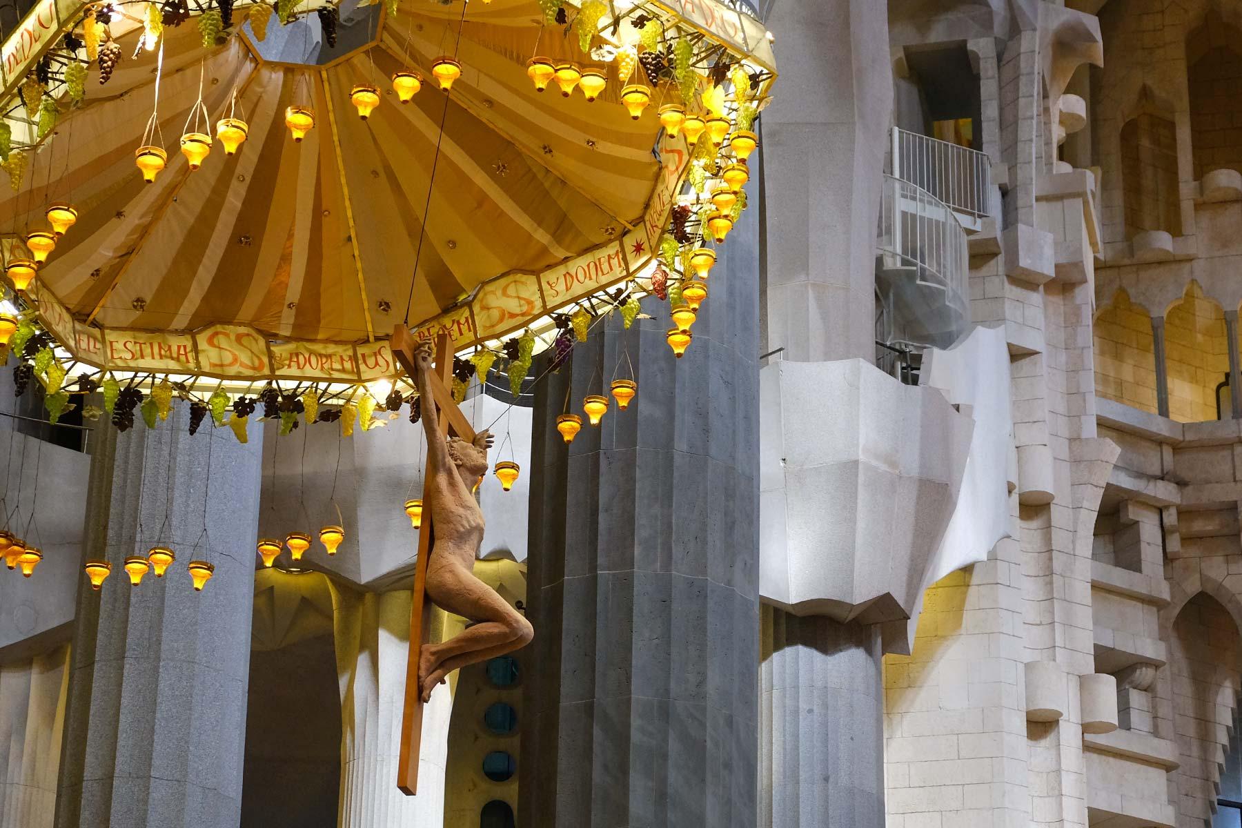 Jesus am Kreuz in der Sagrada Familia von Antoni Gaudi in Barcelona