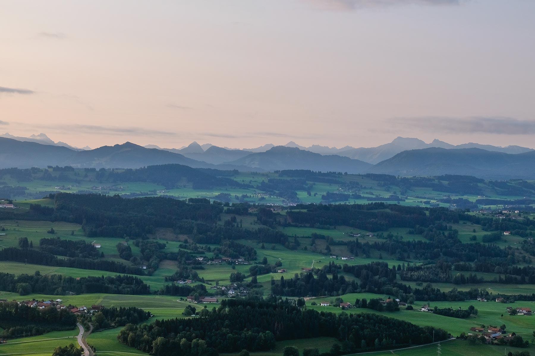 Blick auf die Alpen im Morgengrauen aus dem Allgäuer Büble Bier Ballon