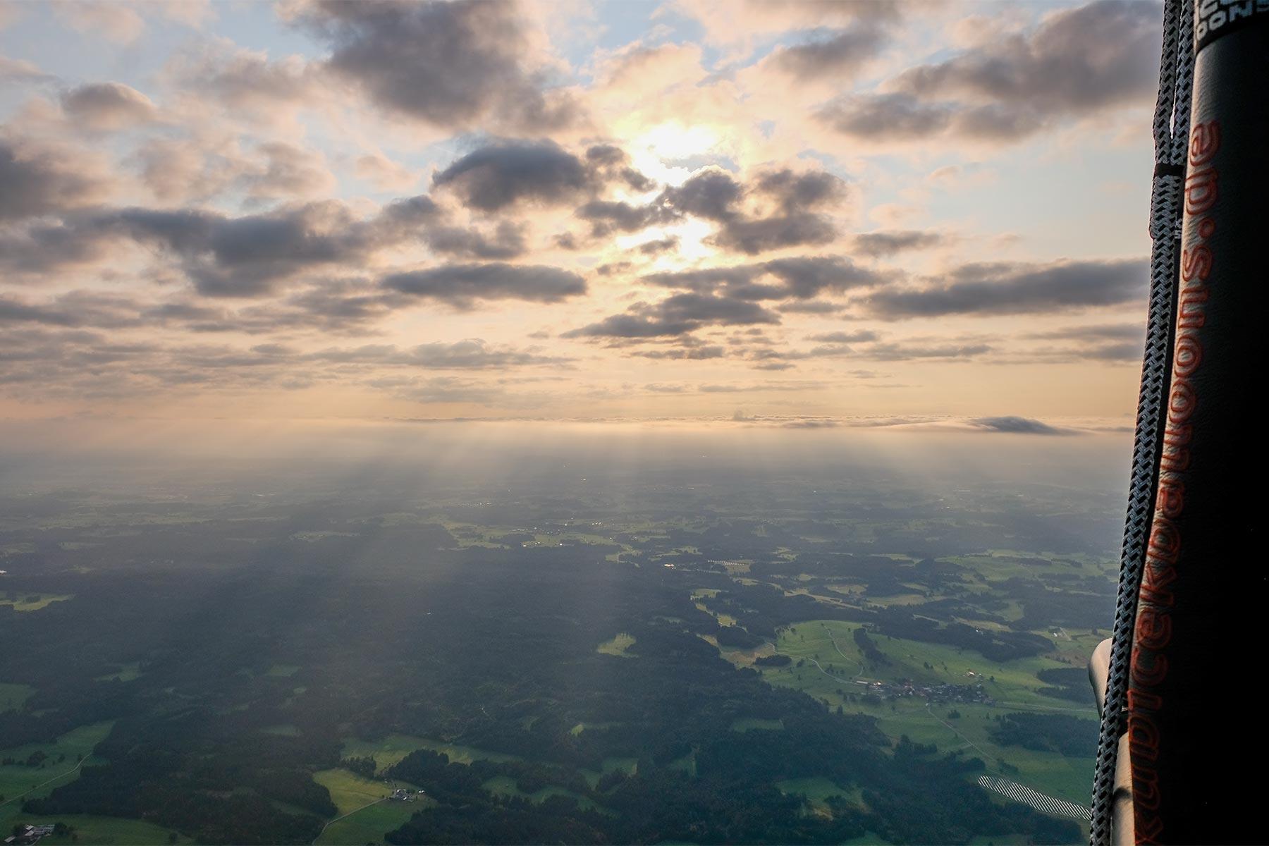 Blick auf den Sonnenaufgang aus dem Allgäuer Büble Bier Ballon