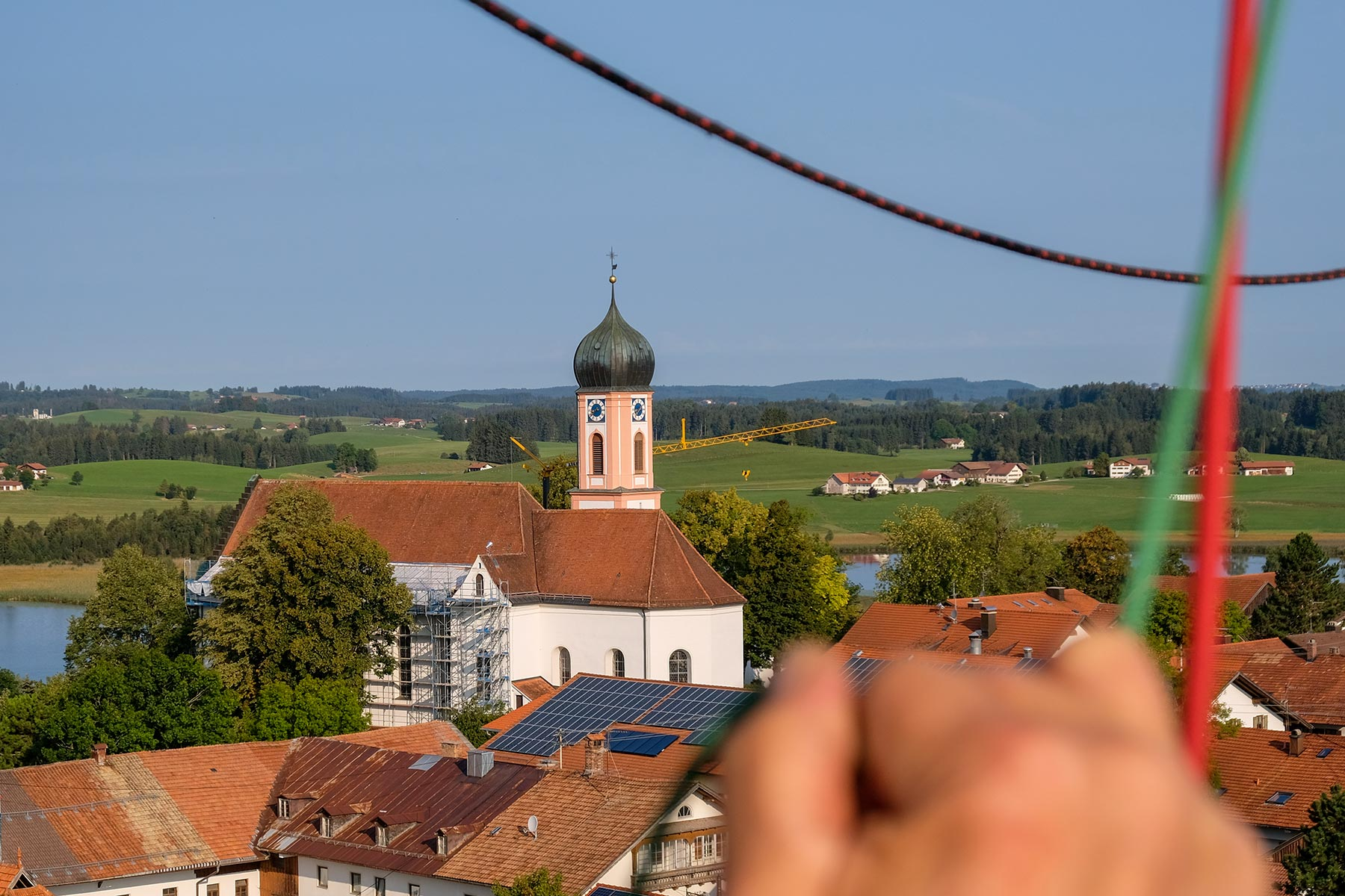 Pfarrkirche St. Ulrich in Seeg beim Landeanflug mit dem Allgäuer Büble Bier Ballon