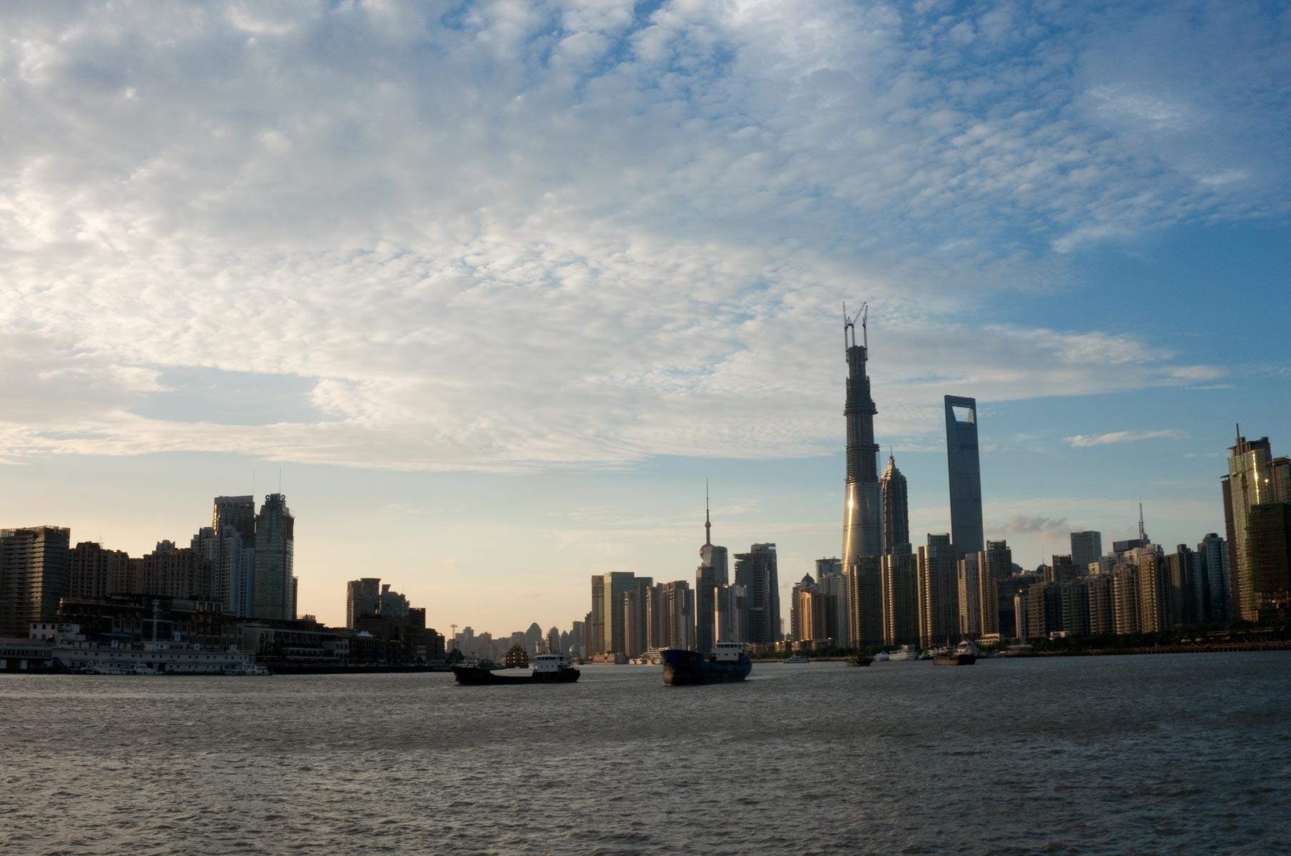 Blick auf die Skyline in Pudong vom Wasser in Shanghai, China