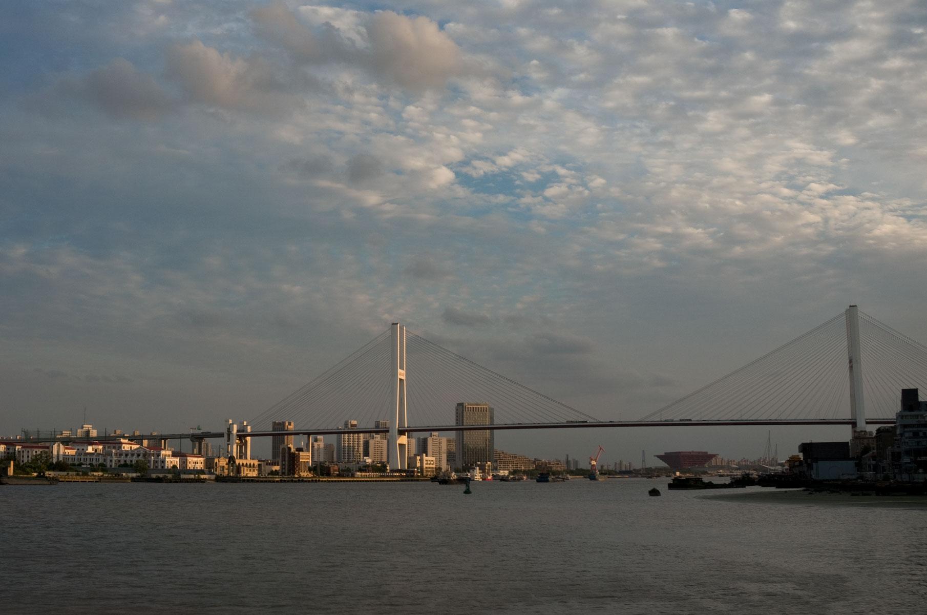 Blick auf die Nanpu Brücke vom Wasser in Shanghai, China