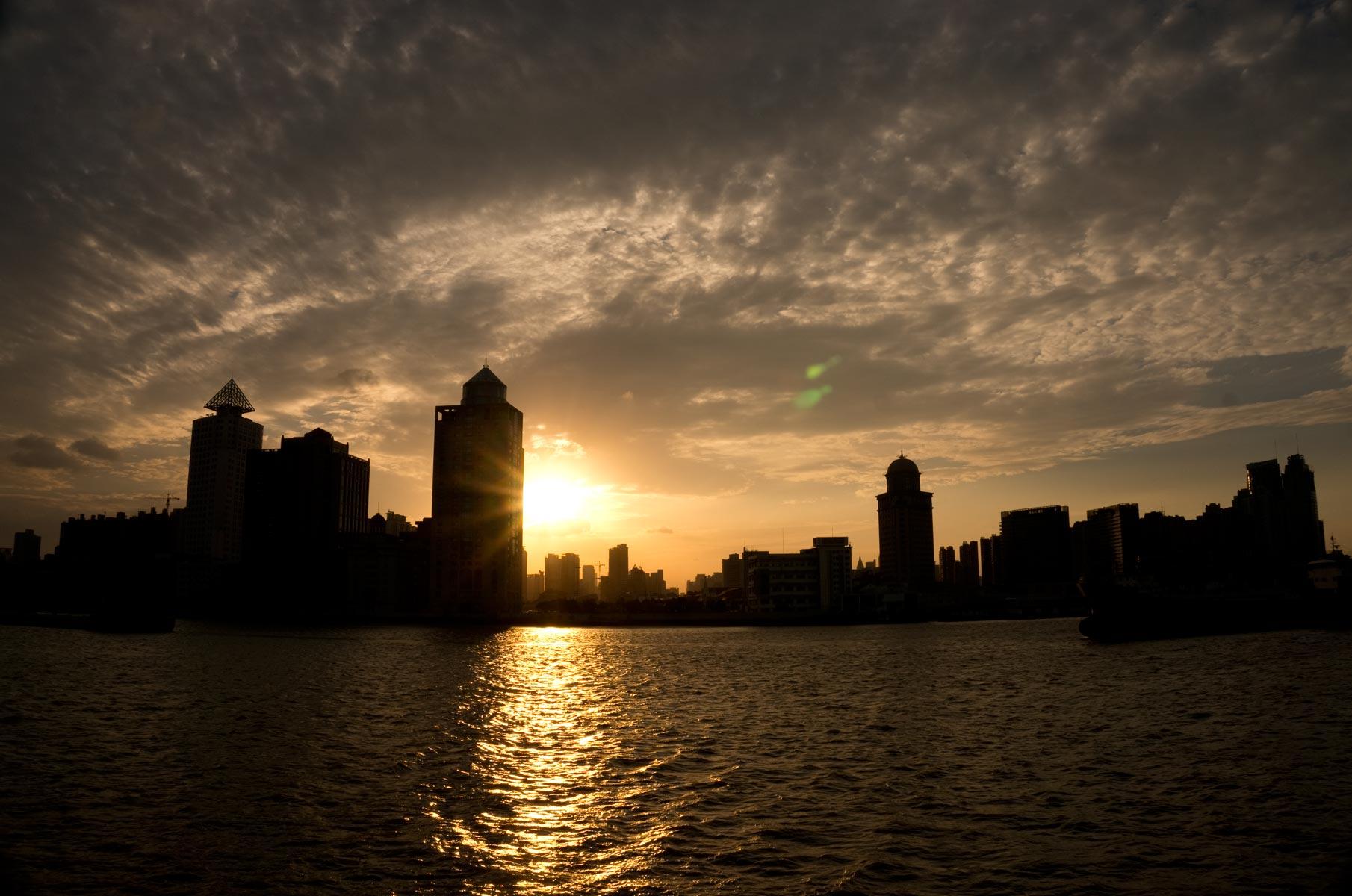 Blick auf den Huangpu Distrikt vom Wasser in Shanghai, China