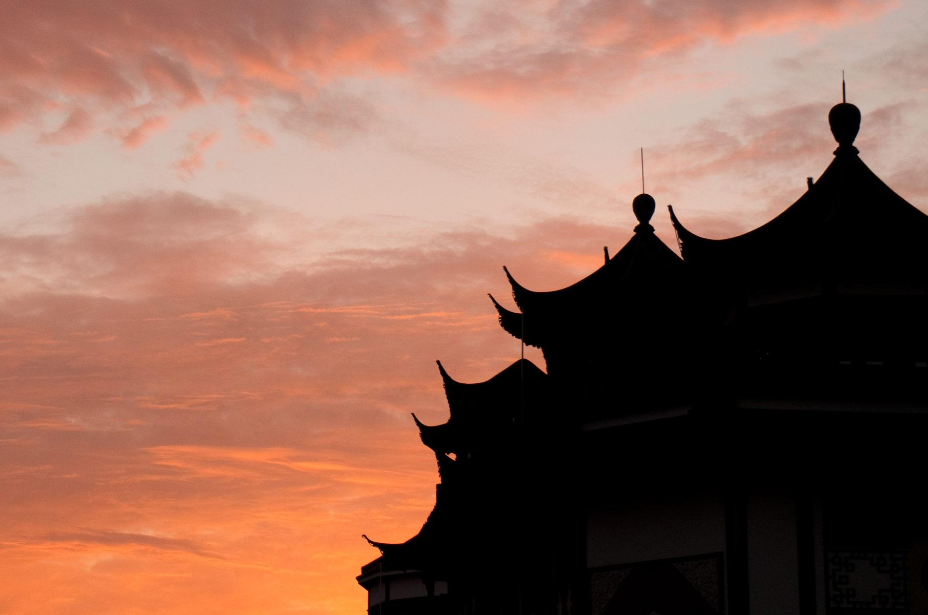 Roter Sonnenuntergang Himmel über Shanghai, China
