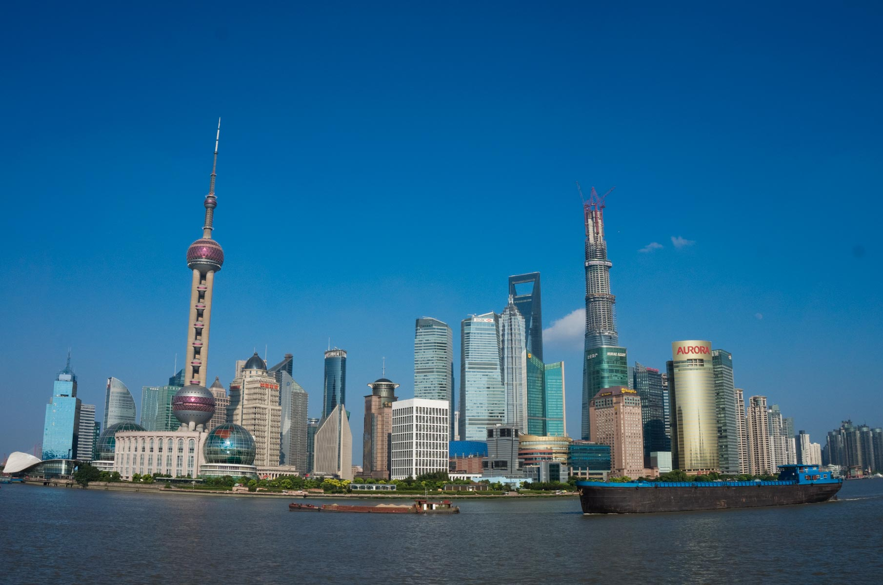 Pudong Skyline am Tag mit blauem Himmel in Shanghai, China