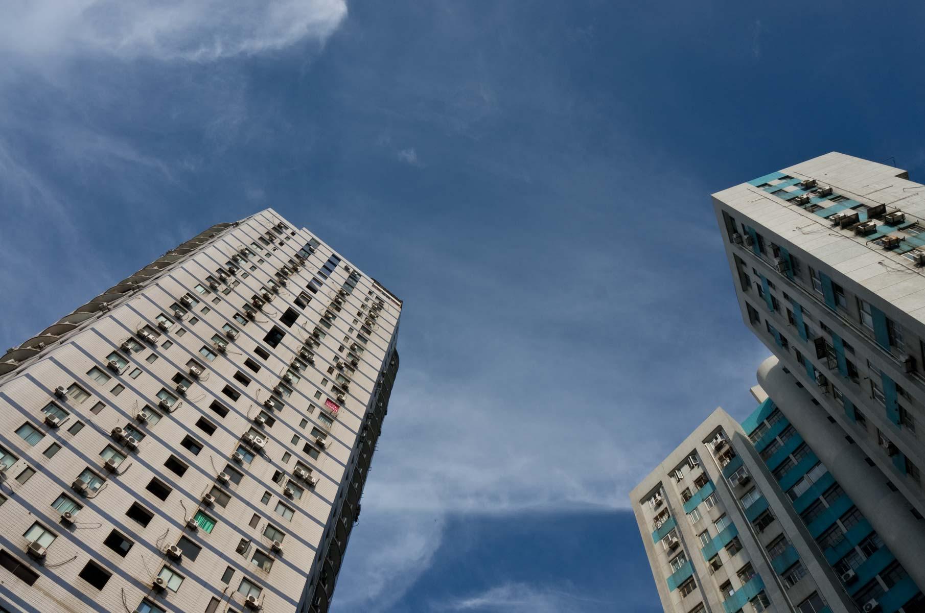 Pudong Hochhäuser am Tag mit blauem Himmel in Shanghai, China