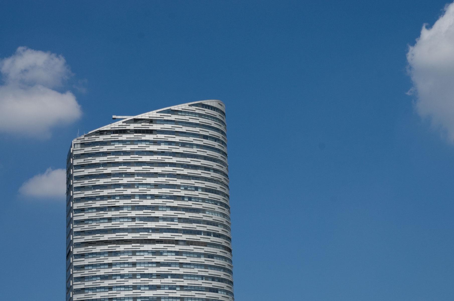 Hochhaus am Tag mit blauem Himmel in Shanghai, China