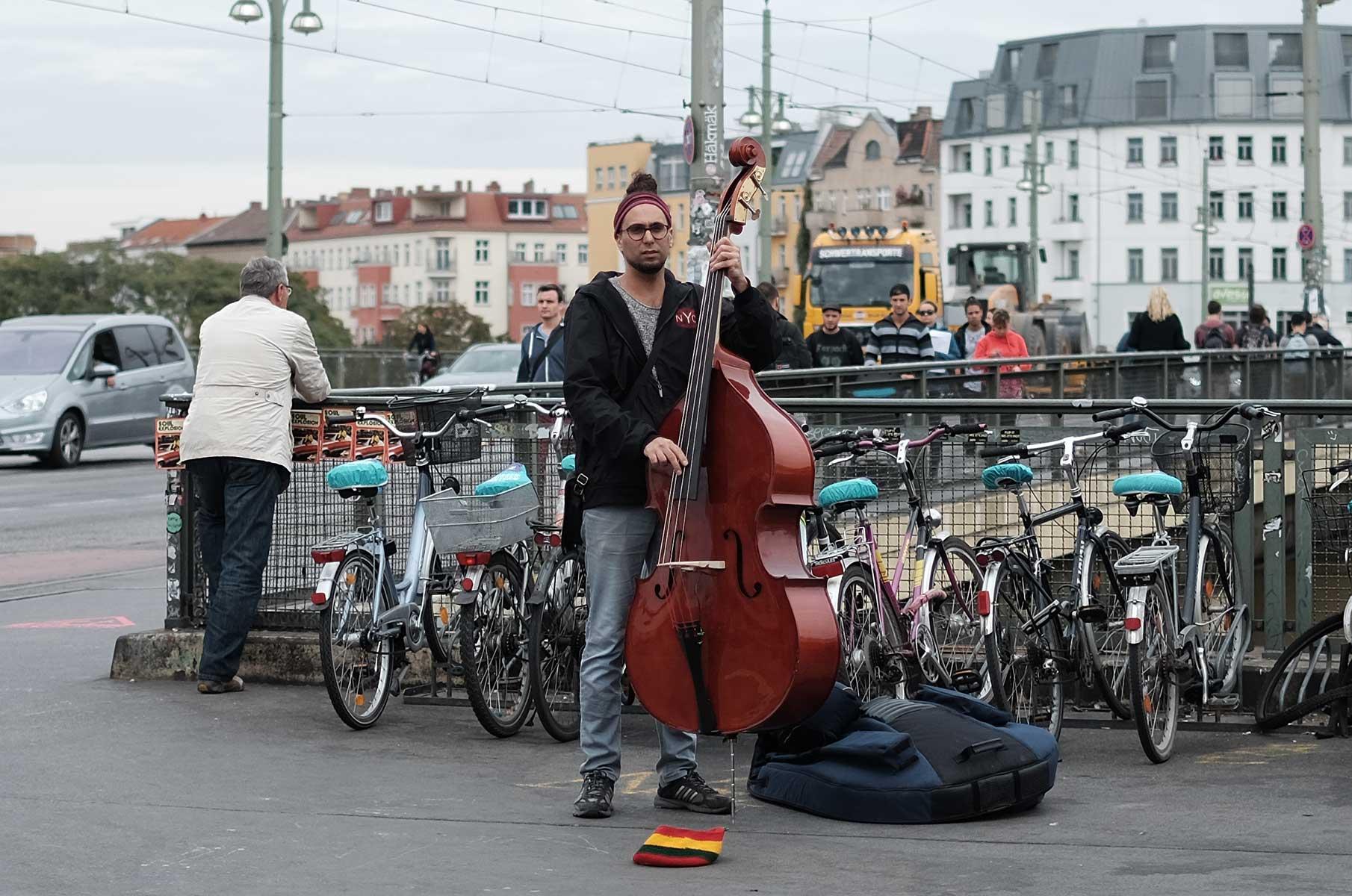 Kontrabass Spieler an U-Bahn Station in Berlin