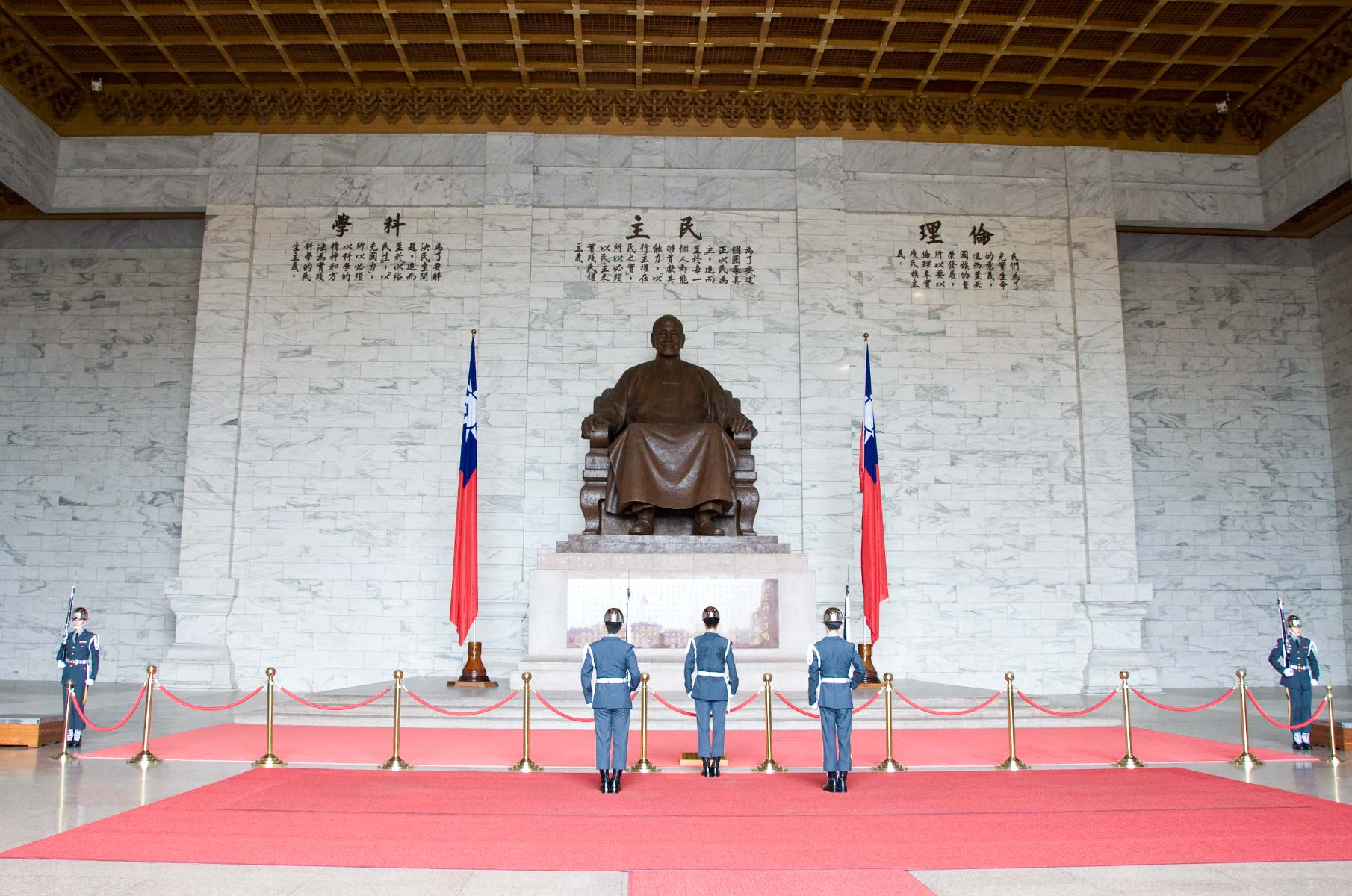 Wachablösung im Chiang Kai-Shek Memorial in Taipei