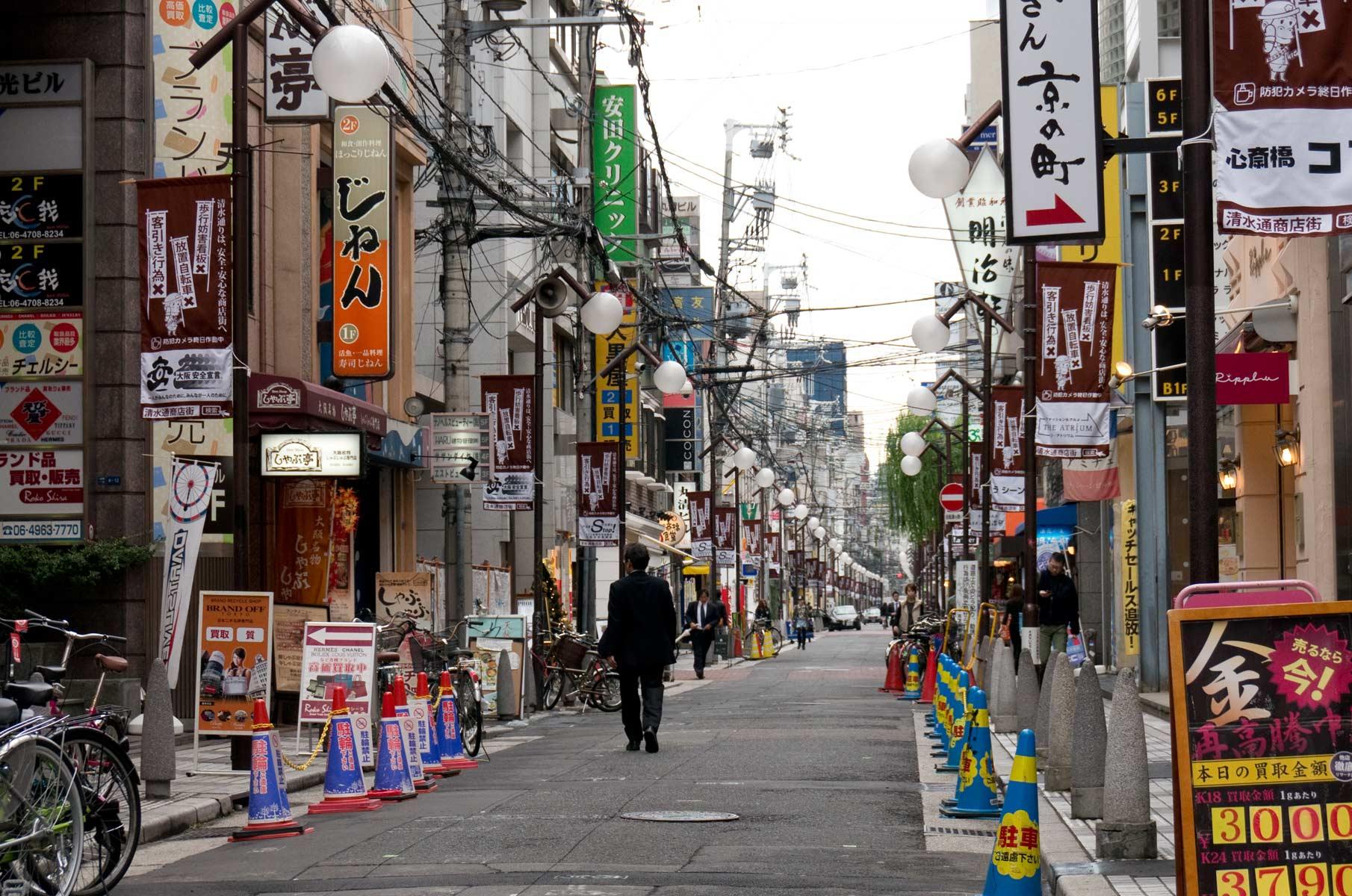 Straßenszene mit viel Reklame in Dotonbori Osaka, Japan