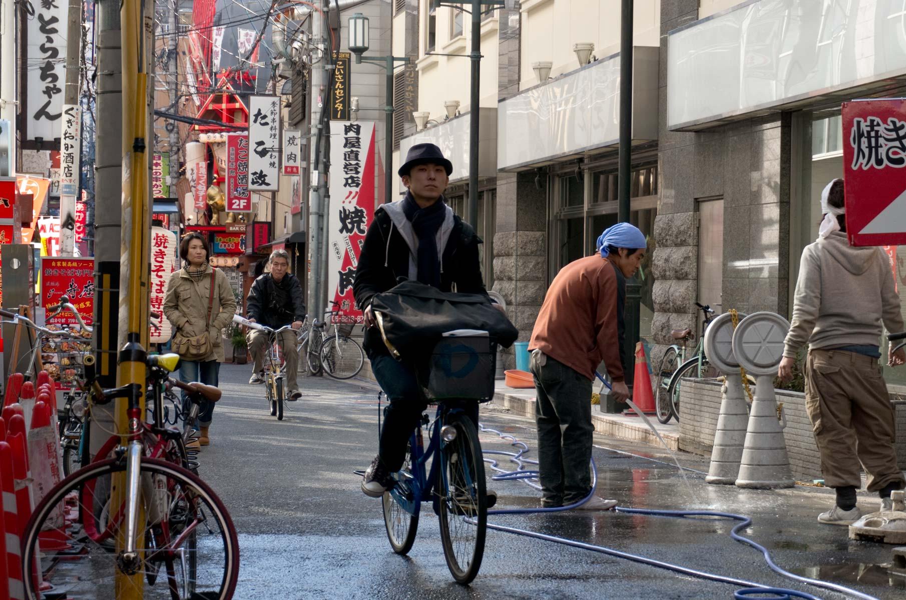 Straßenszene mit Fahrrad in Dotonbori Osaka, Japan