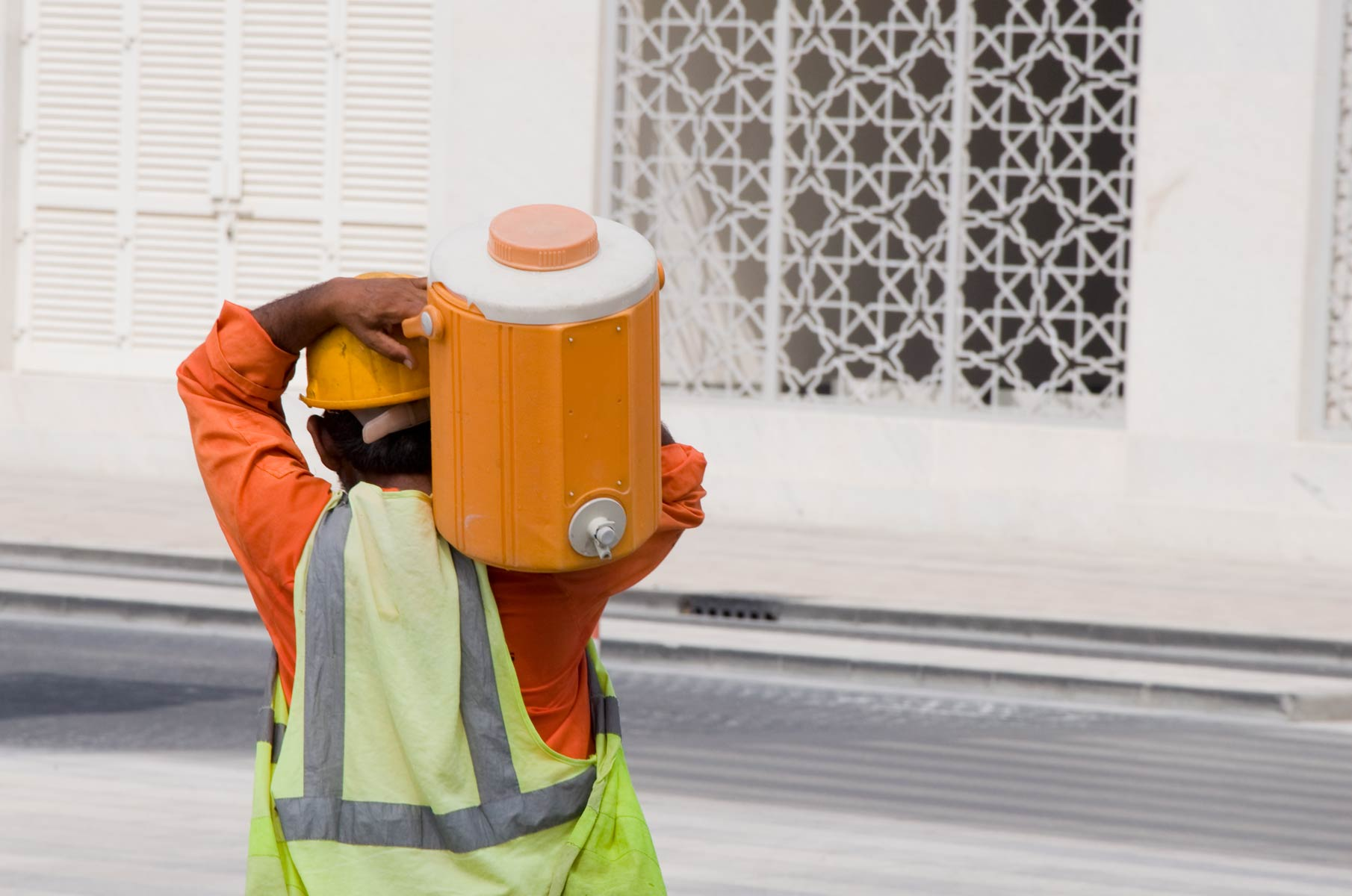 Arbeiter mit Wasser in Dubai