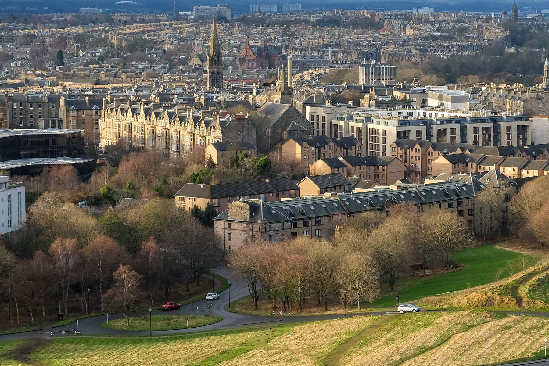 Blick auf Edinburgh vom Fuße des Arthur Seats
