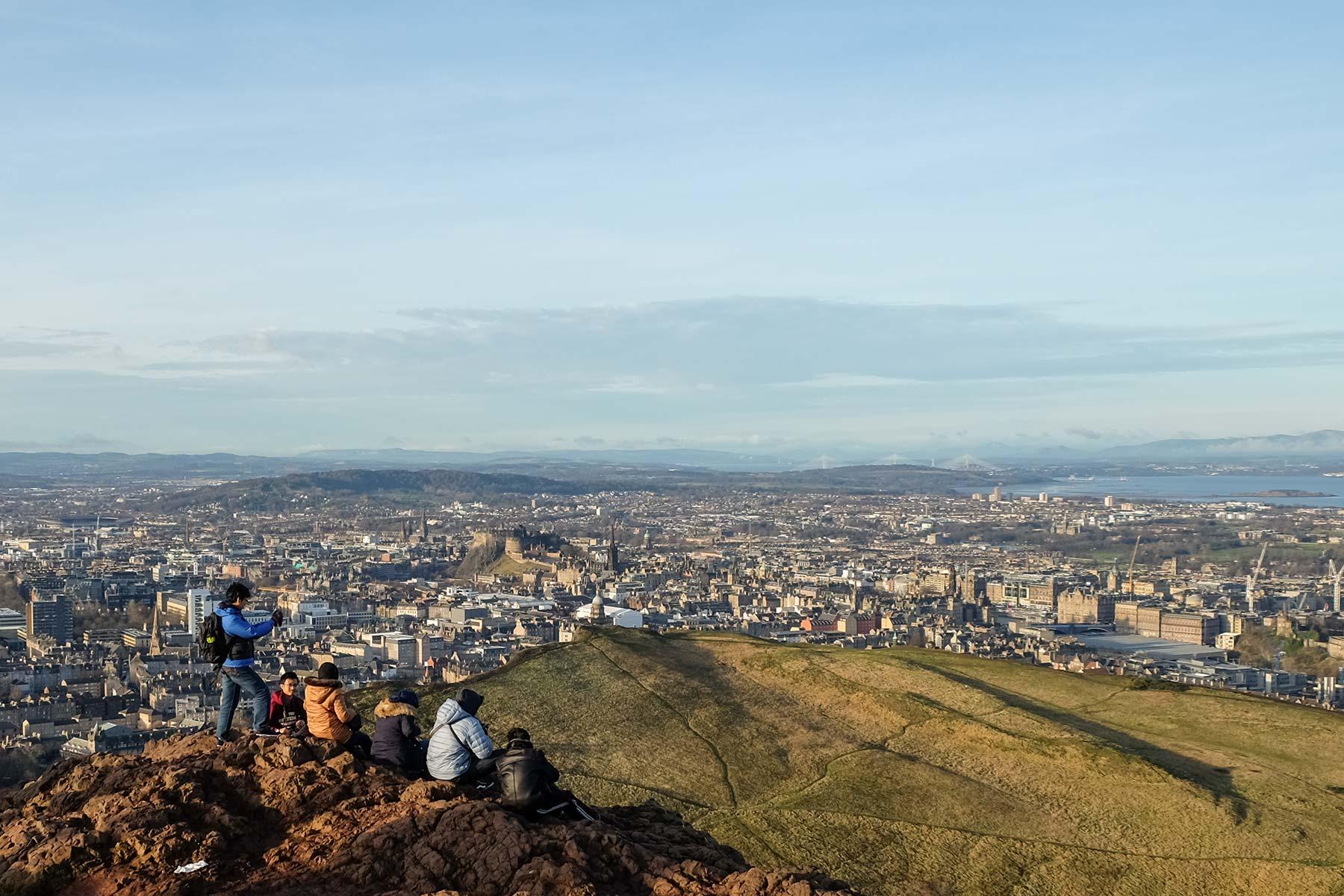 Blick auf Edinburgh vom Arthur's Seat in Edinburgh, Schottland