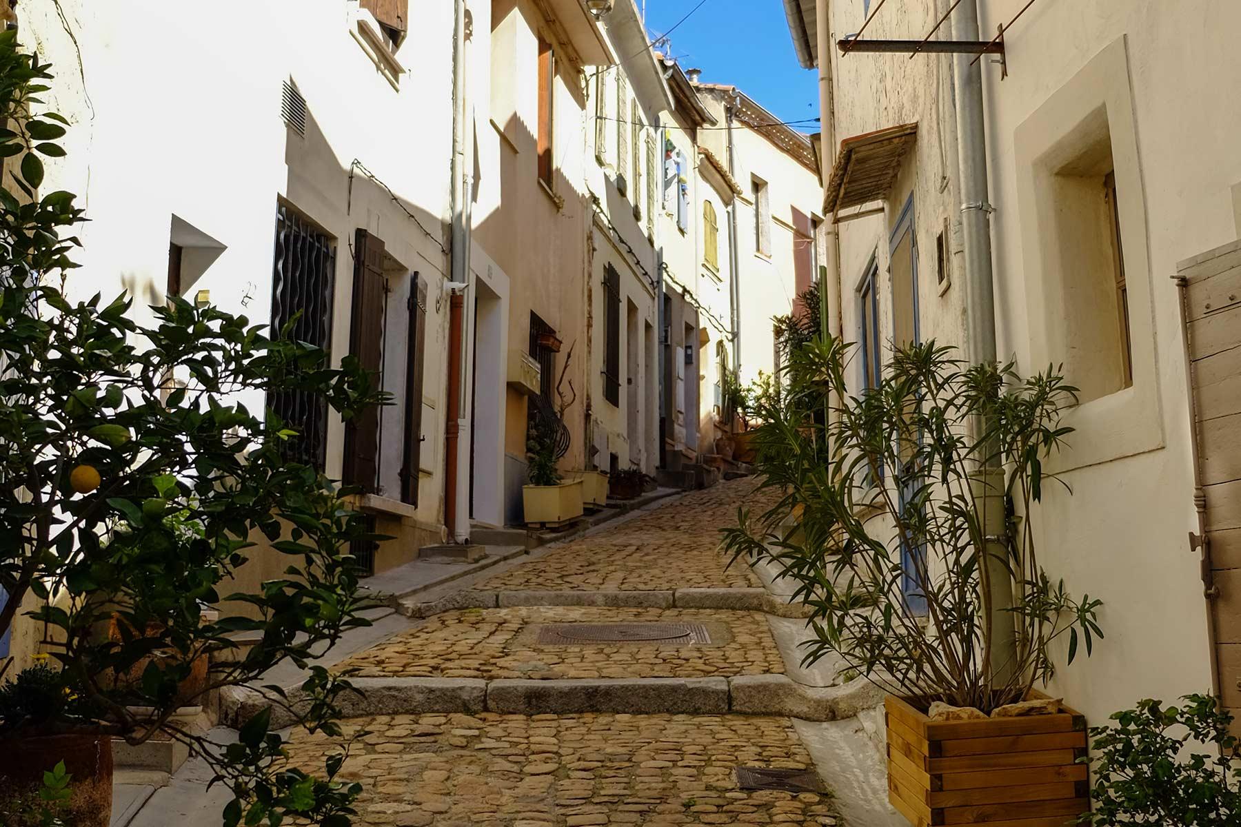 Enge Gasse in Arles in der Provence, Frankreich