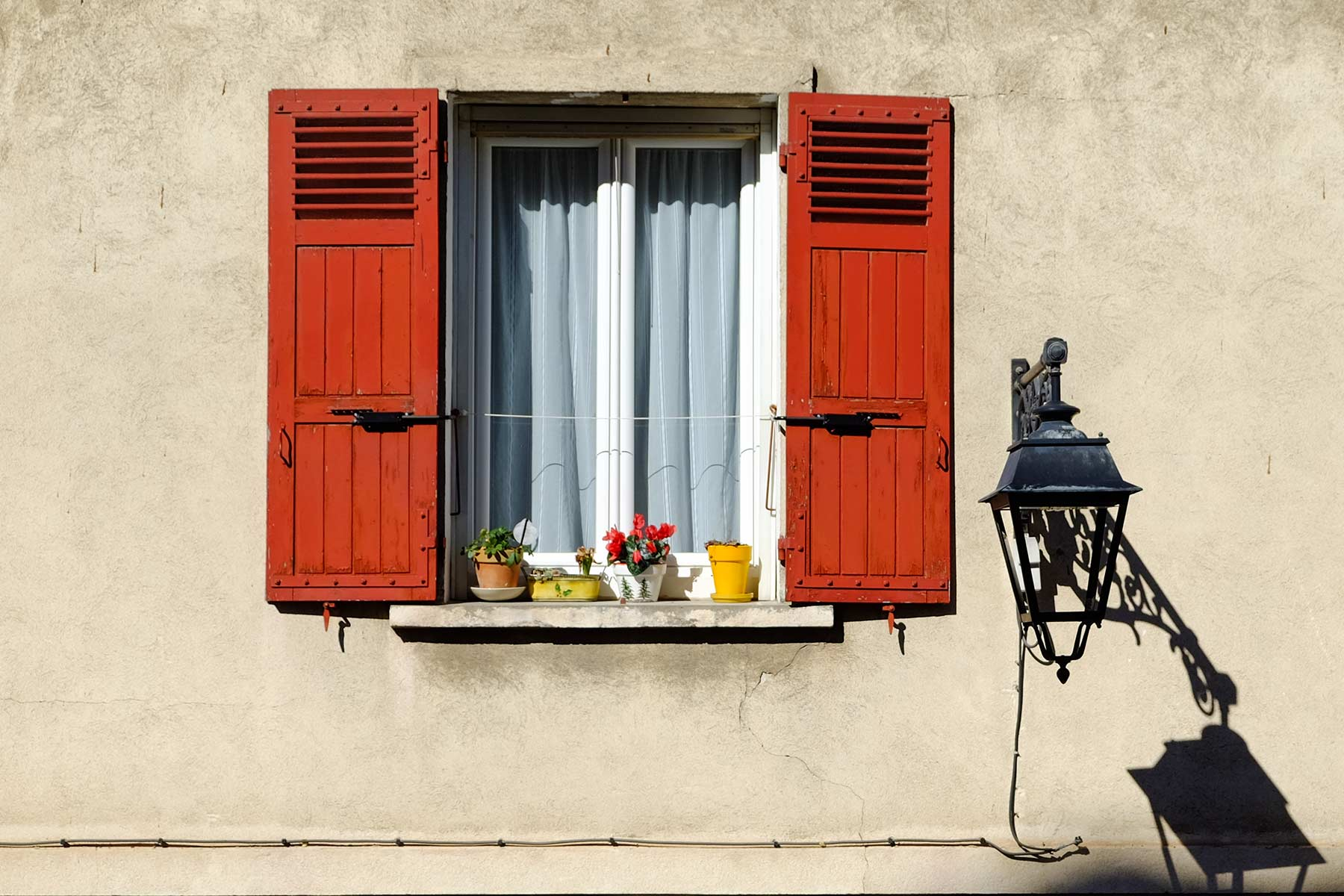 Fenster in Arles in der Provence, Frankreich