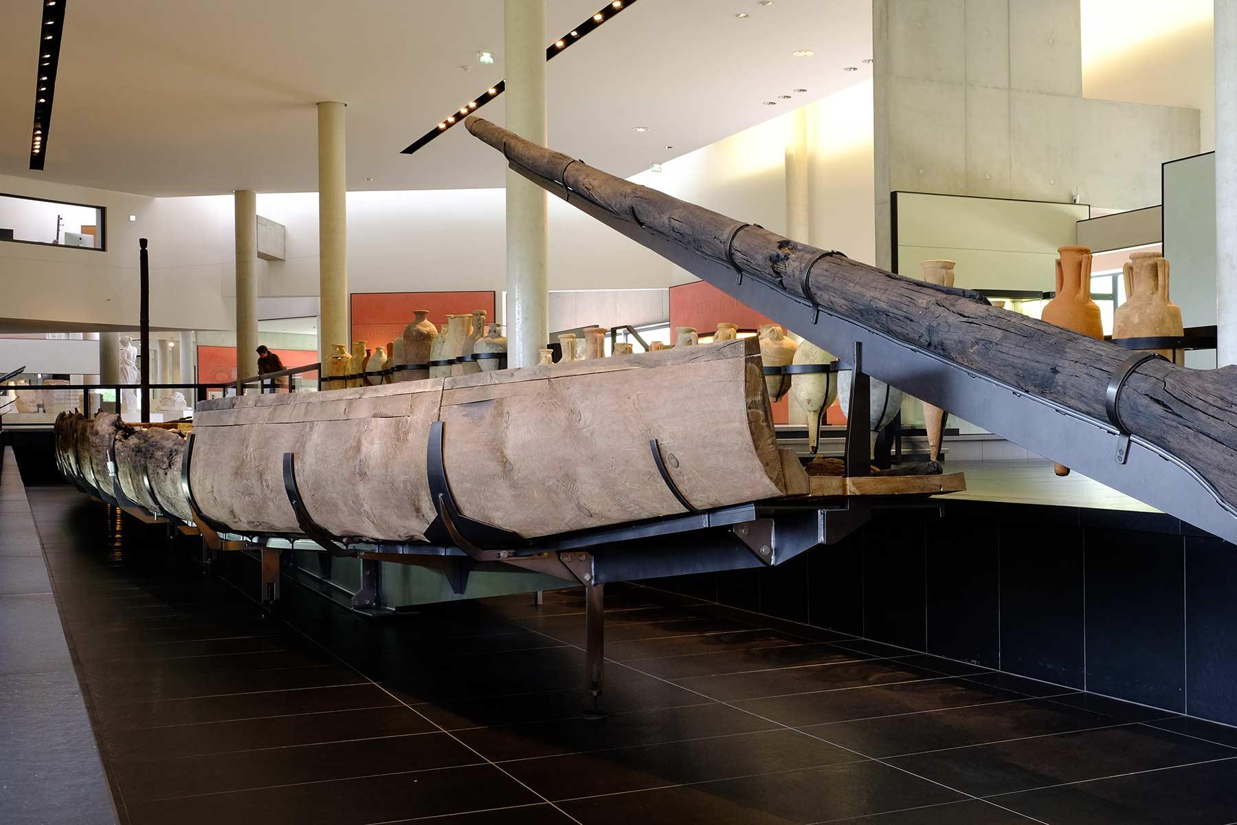 2000 Jahre altes Frachtschiff Arles-Rhône 3 im Musée de l'Arles Antique in Arles, Frankreich