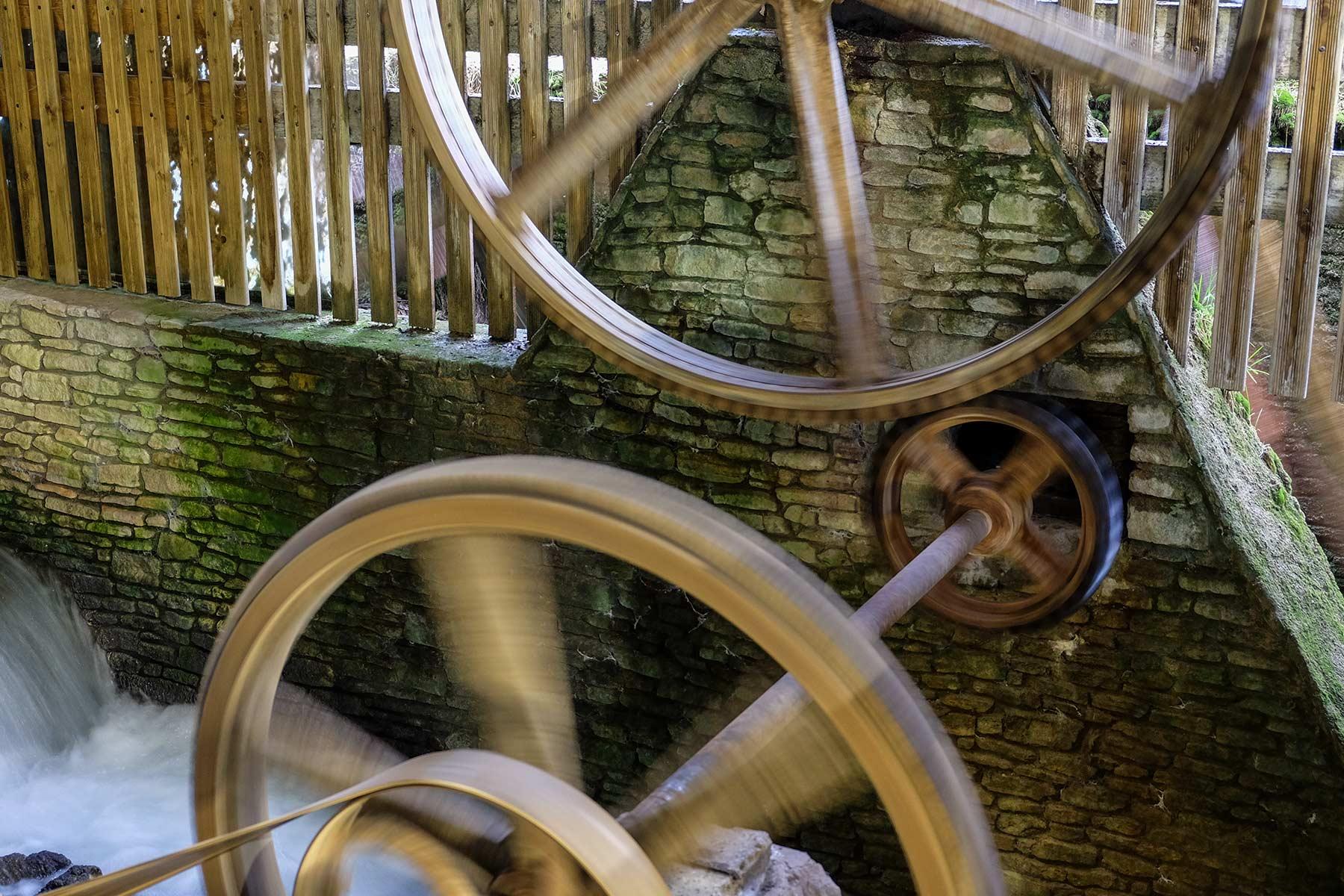 Mühlenrad einer alten Papiermühle in Fontaine de Vaucluse in der Provence, Frankreich