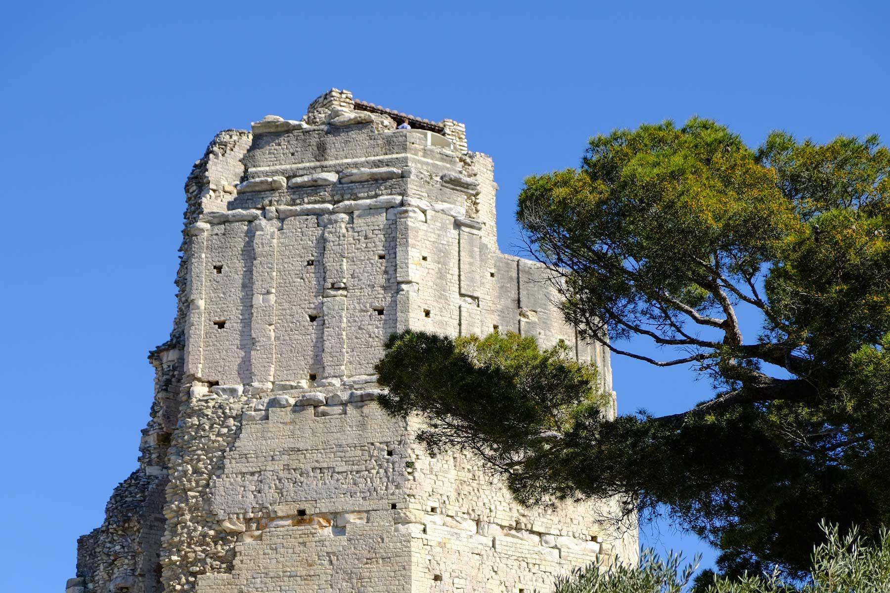 La Tour Magne im Jardin de la Fontaine in Nîmes, Frankreich