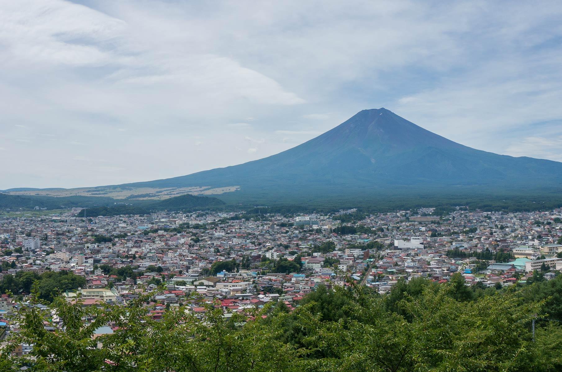 Blick von der Chureito Pagode auf Mt. Fuji auf der Insel Honshū in Japan