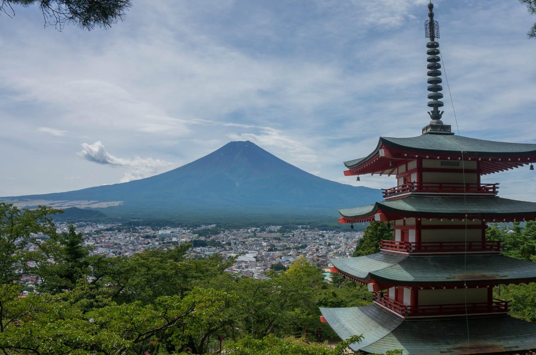 Chureito Pagode mit Mt. Fuji im Hintergrund auf der Insel Honshū in Japan