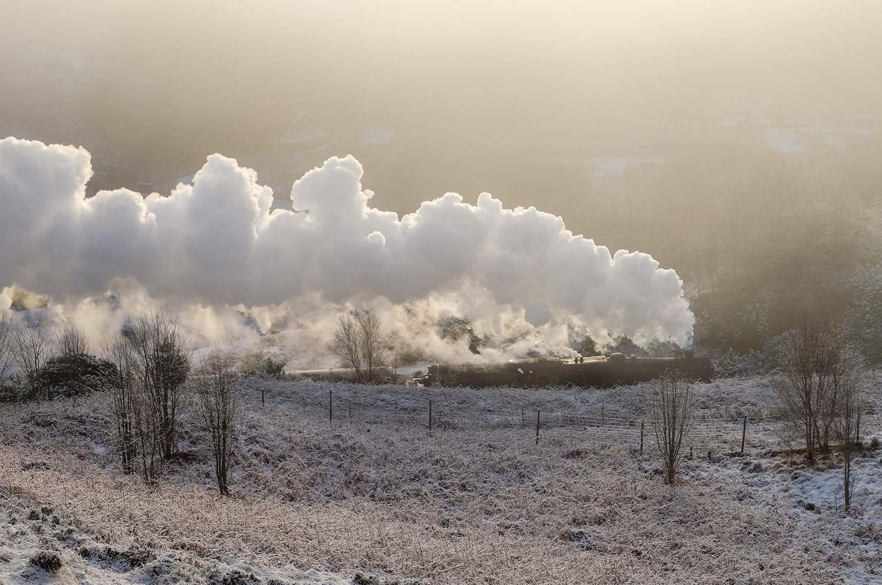 The Jacobite am Glenfinnan Viadukt im Winter in Schottland