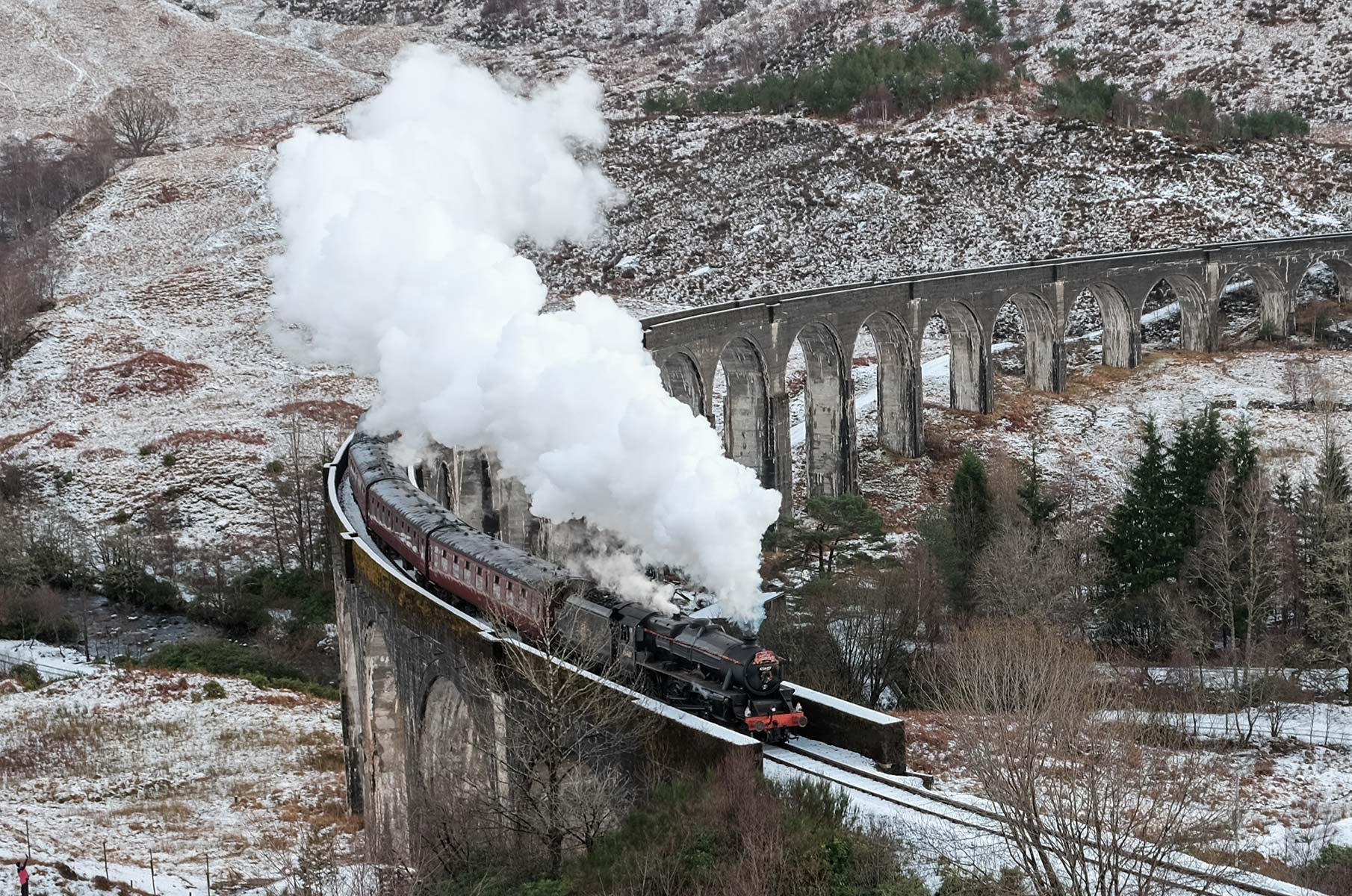 The Jacobite am Glenfinnan Viadukt im Winter in Schottland