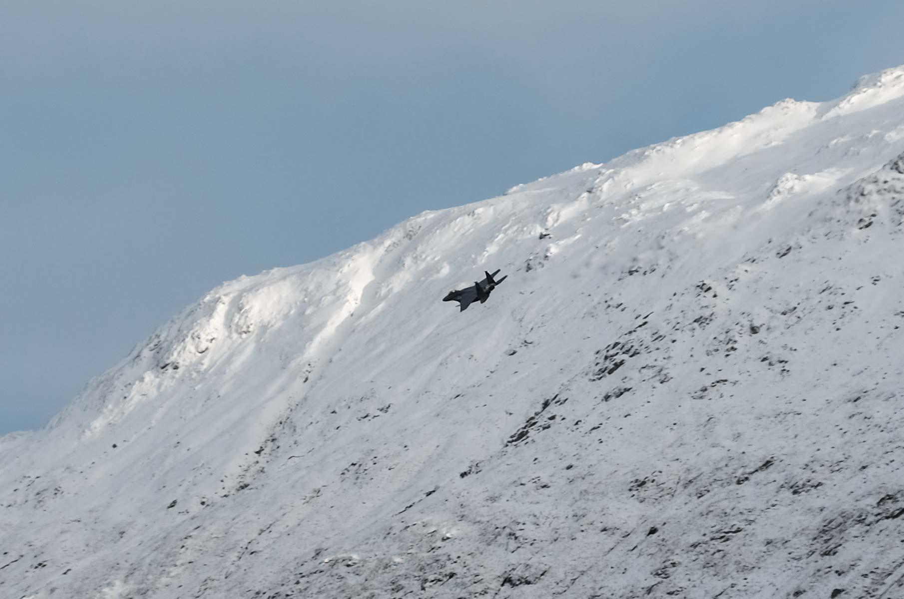 Kampfjet am Glenfinnan Viadukt im Winter in Schottland