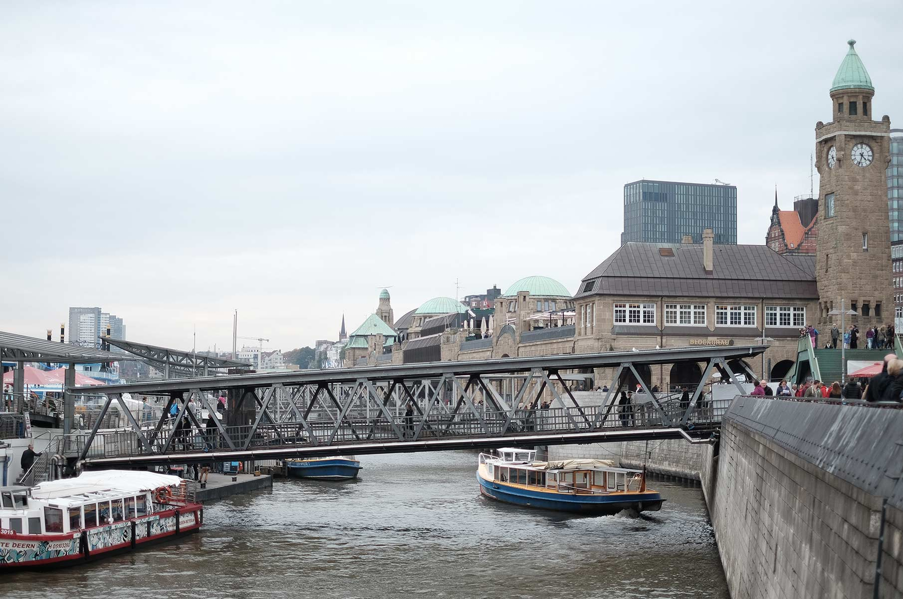 Landungsbrücken an der Elbe in Hamburg