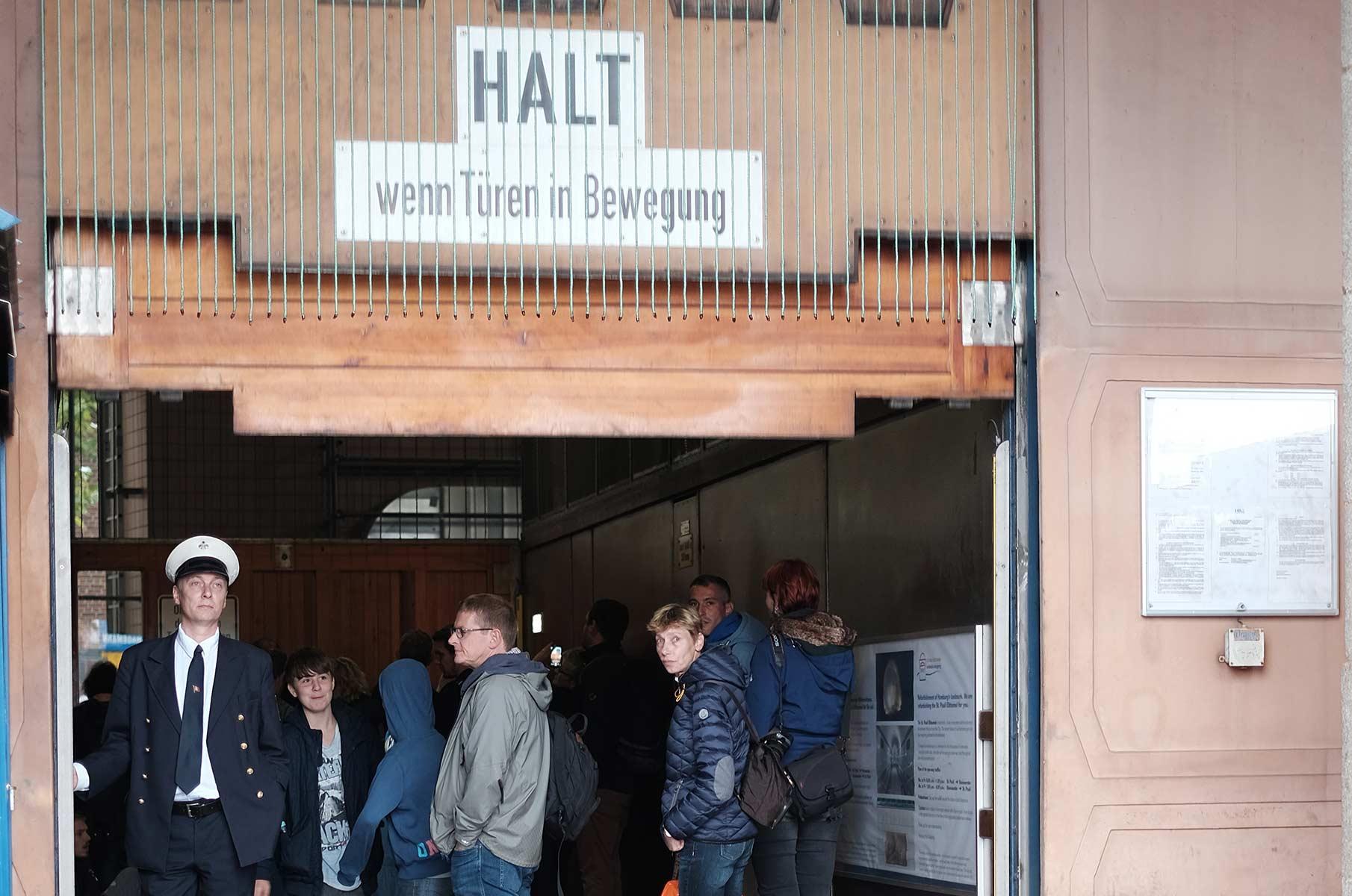 Fahrstuhl zum alten Elbtunnel an den Landungsbrücken in Hamburg