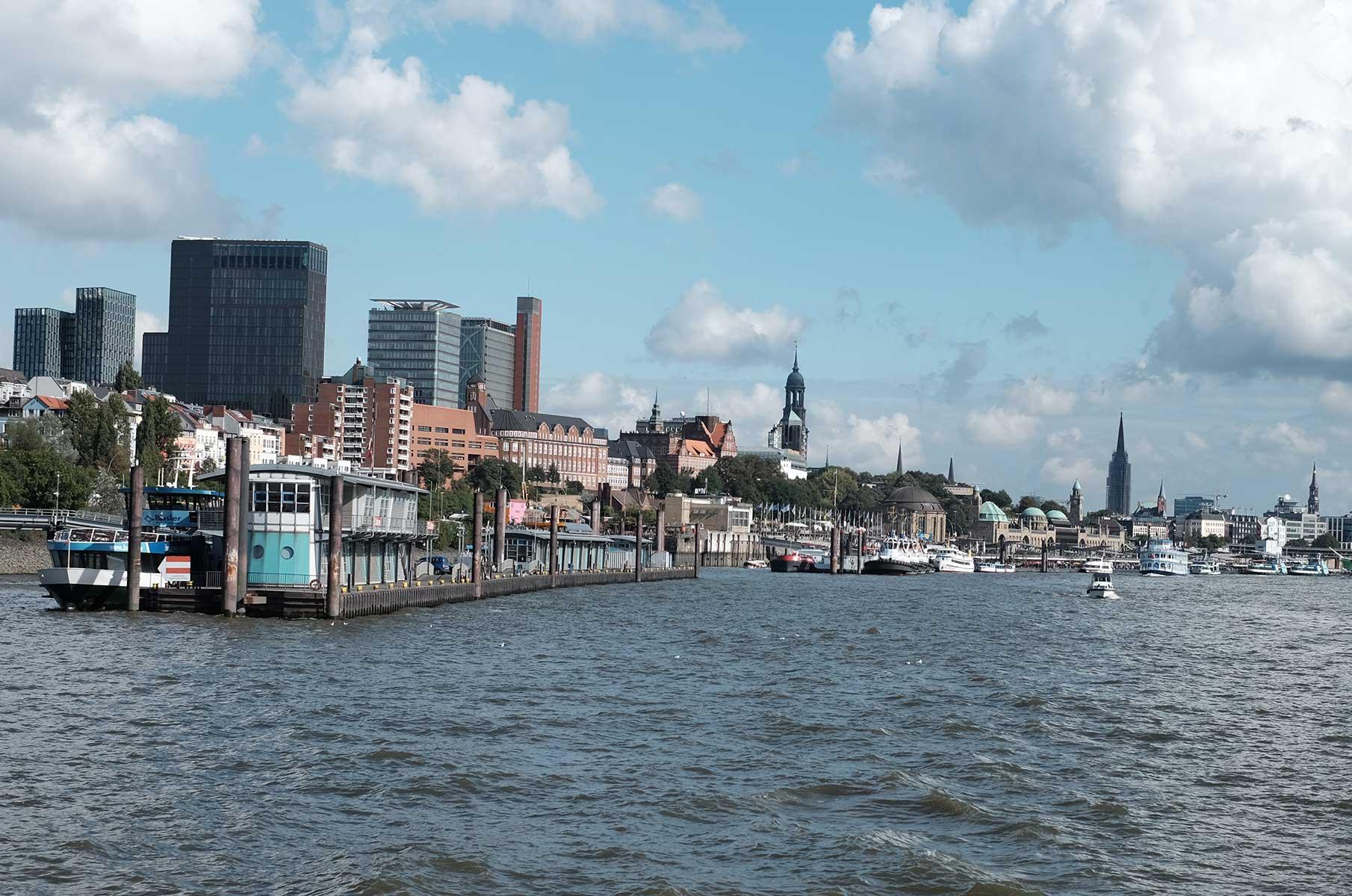 Blick auf die Hamburger Landungsbrücken von der Elbe