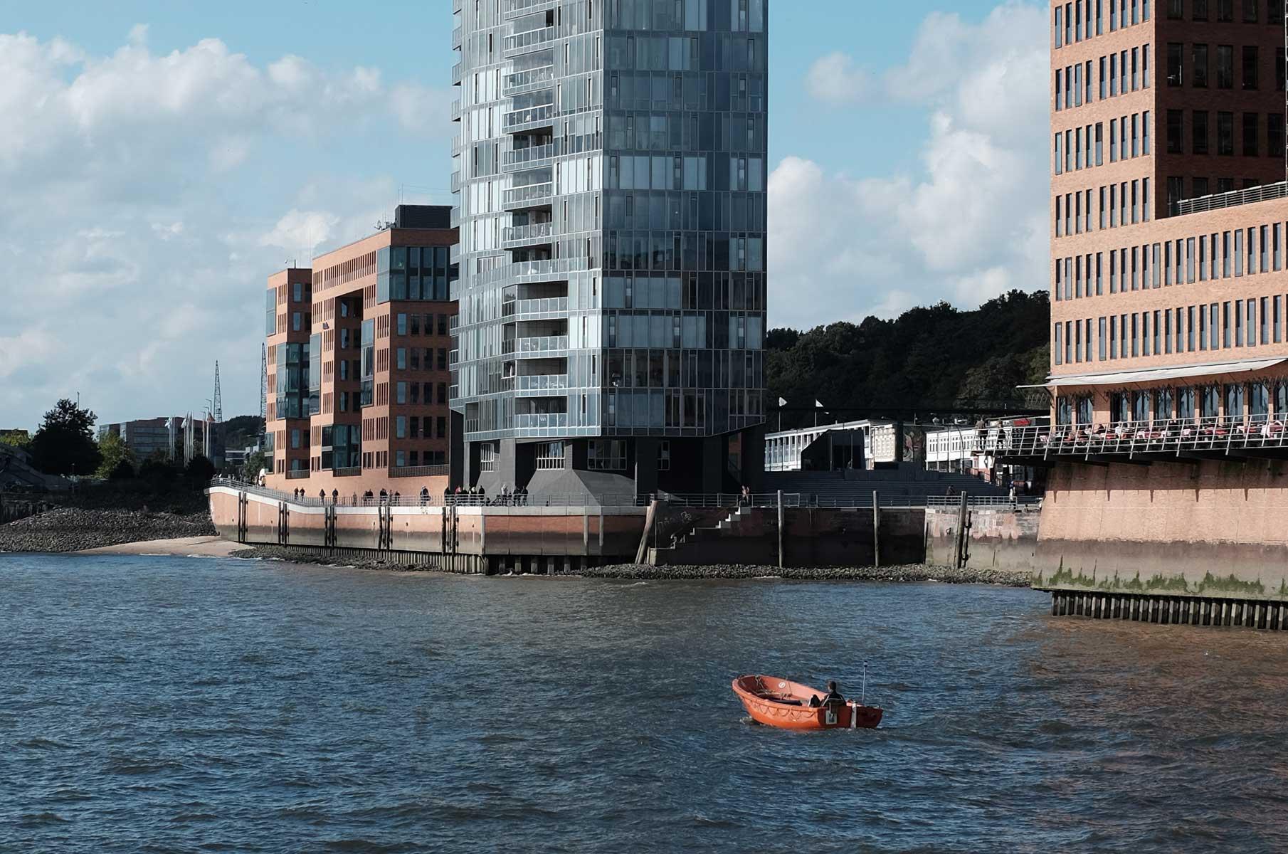 Mit der Fähre zum Museumshafen Oevelgönne in Hamburg