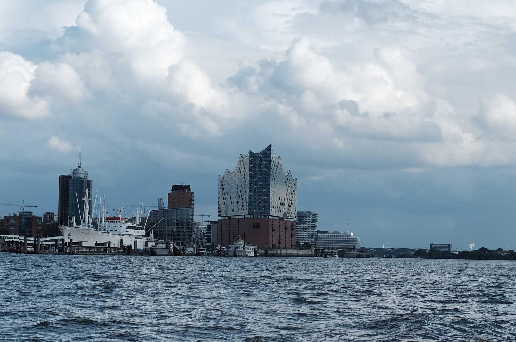 Blick auf die Elbphilharmonie von der Elbe in Hamburg