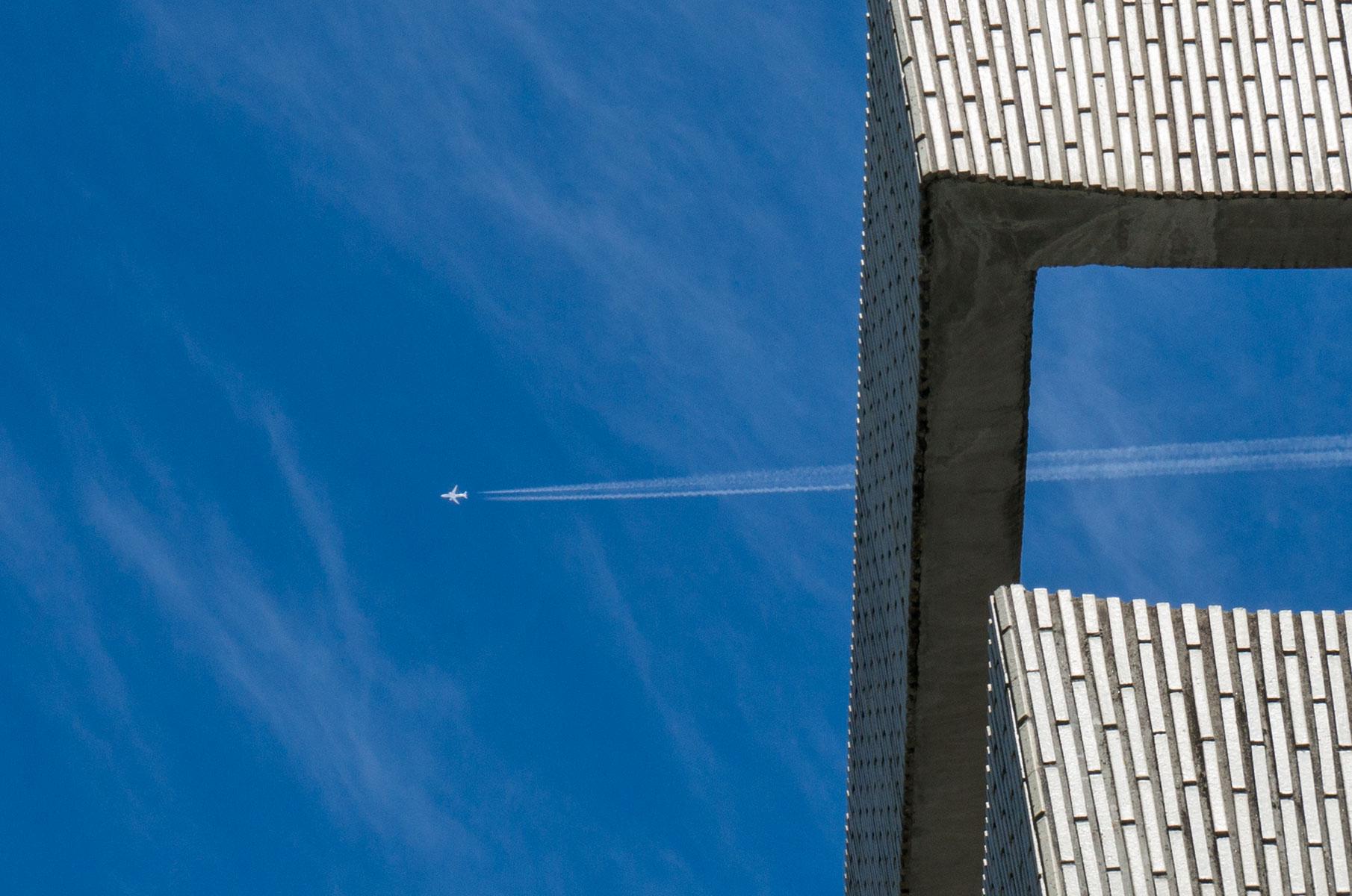 Flugzeug am Himmel von Hiroshima, Japan