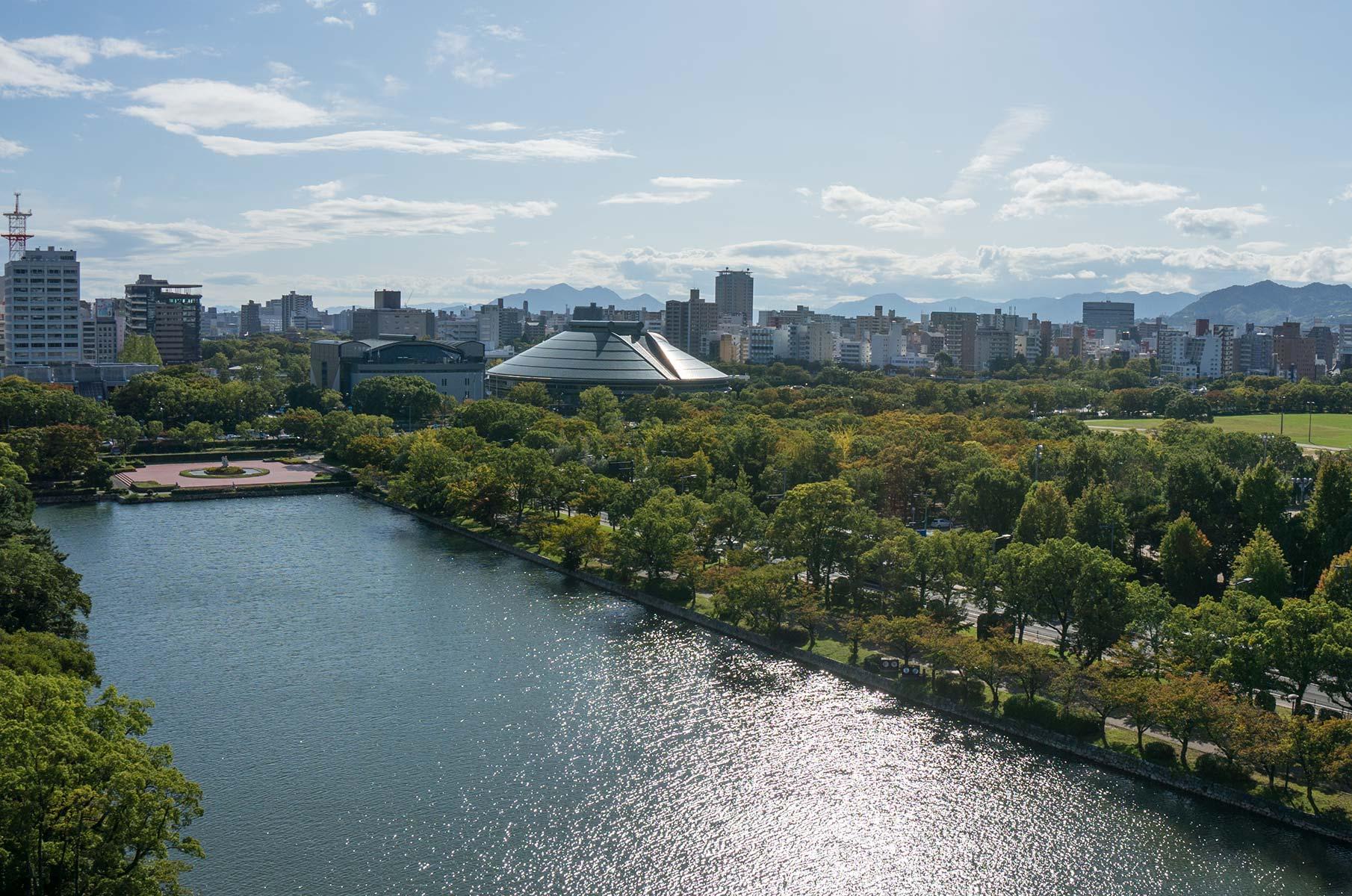 Blick von der Burg Hiroshima Richtung A-Bomb Dome in Japan