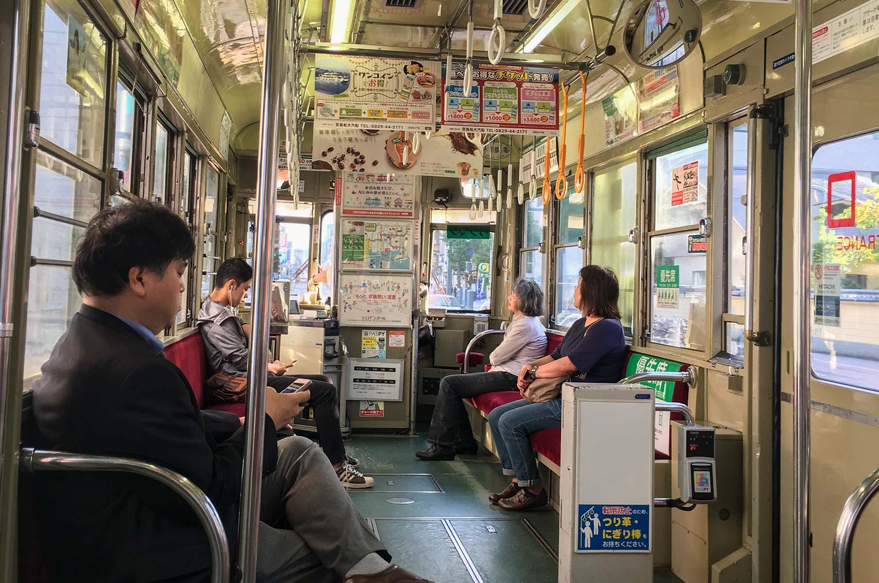 Innenansicht einer historischen Tram in Hiroshima, Japan