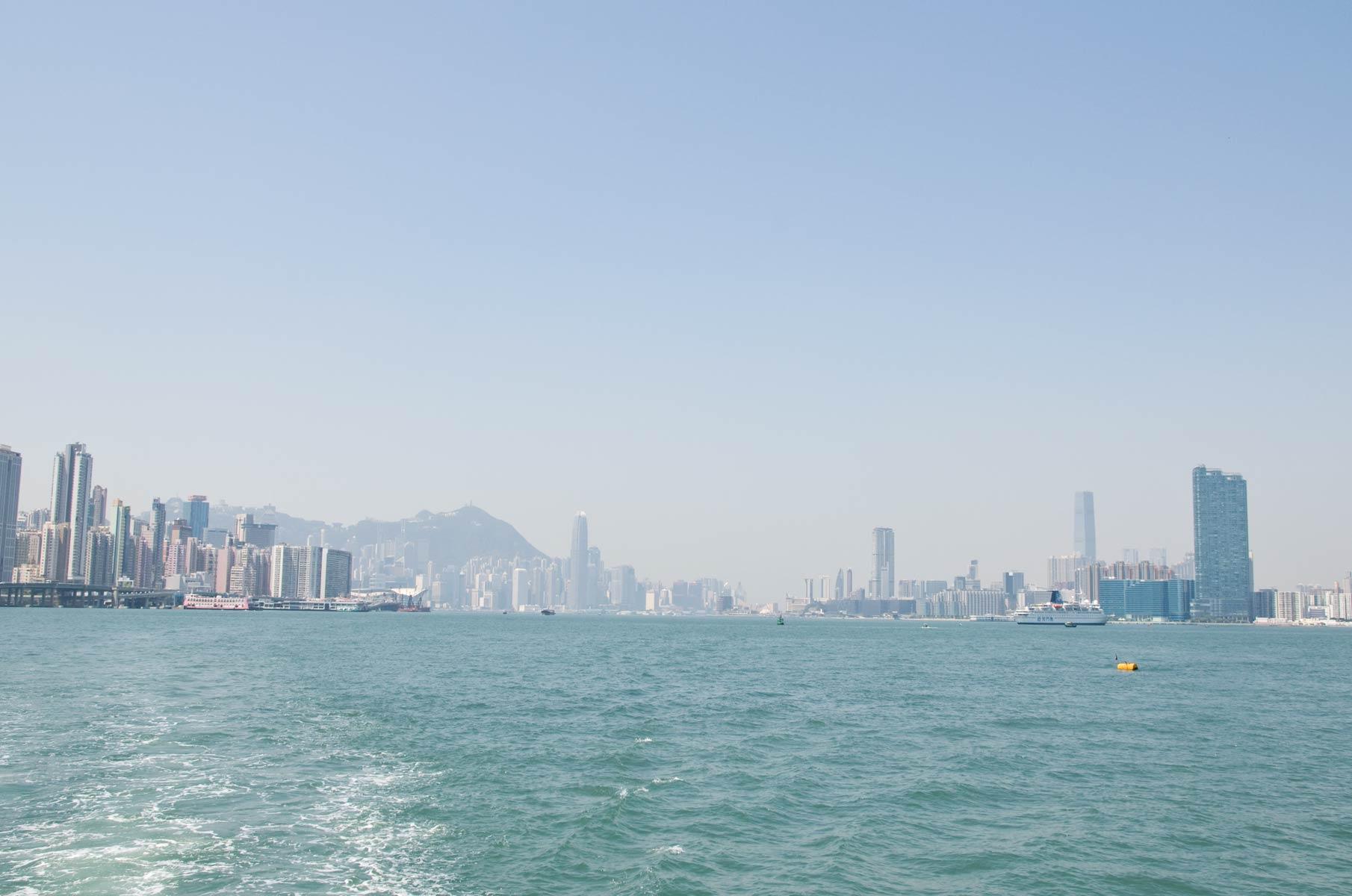 Blick von der Fähre auf Hongkong, China