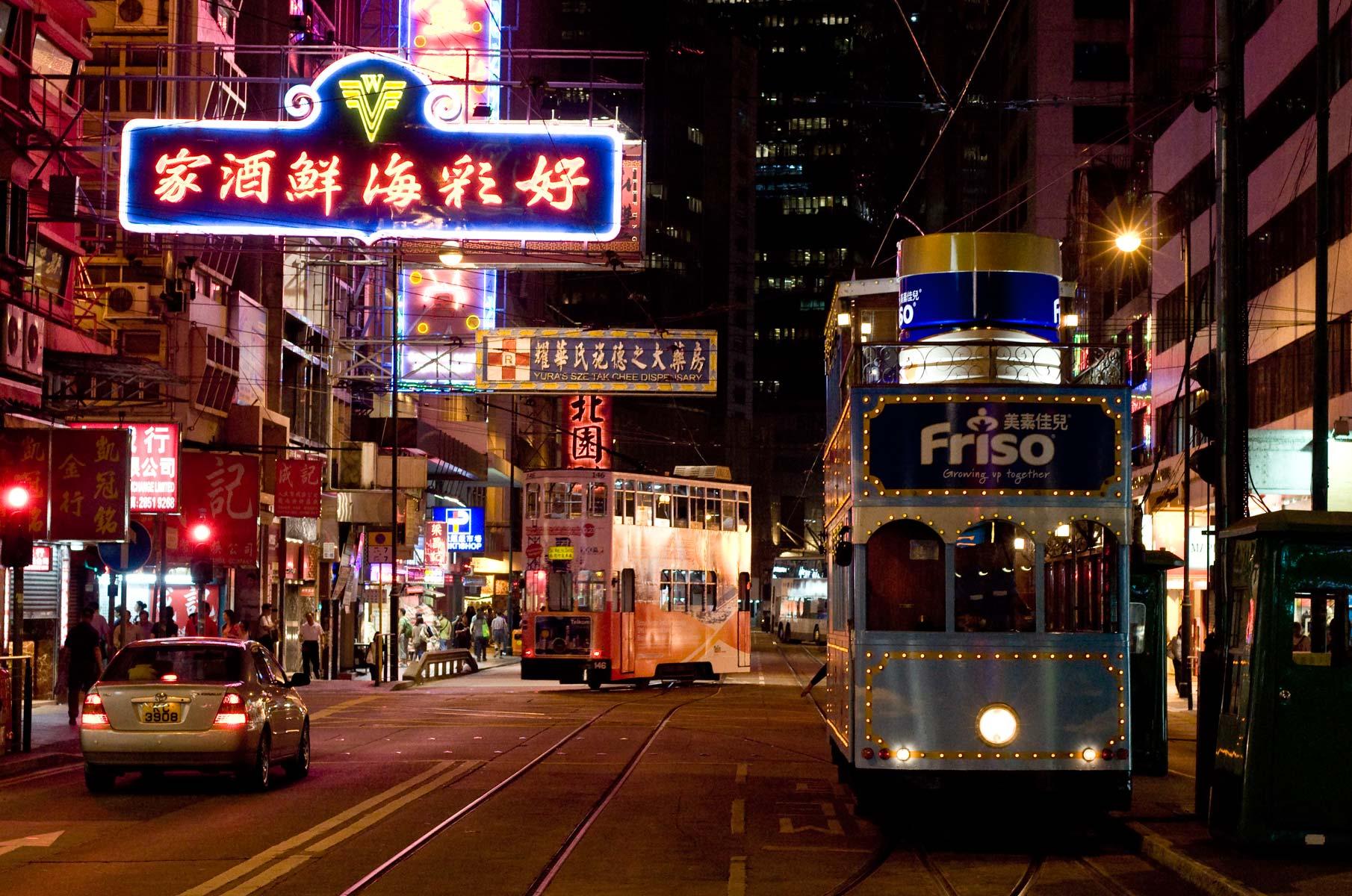 Straßenbahnen auf Hongkong Island bei Nacht