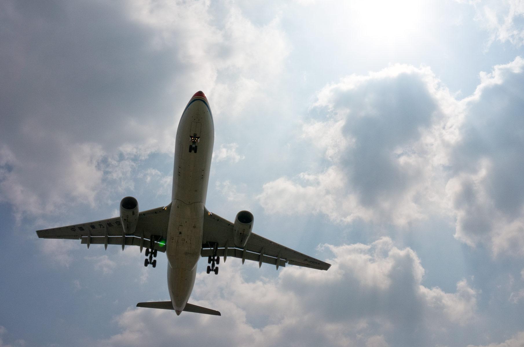 Flugzeug im Landeanflug am Shanghai Hongqiao International Airport
