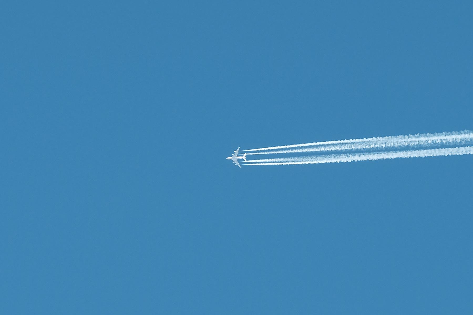 Flugzeug am Himmel über der Isle of Skye, Schottland