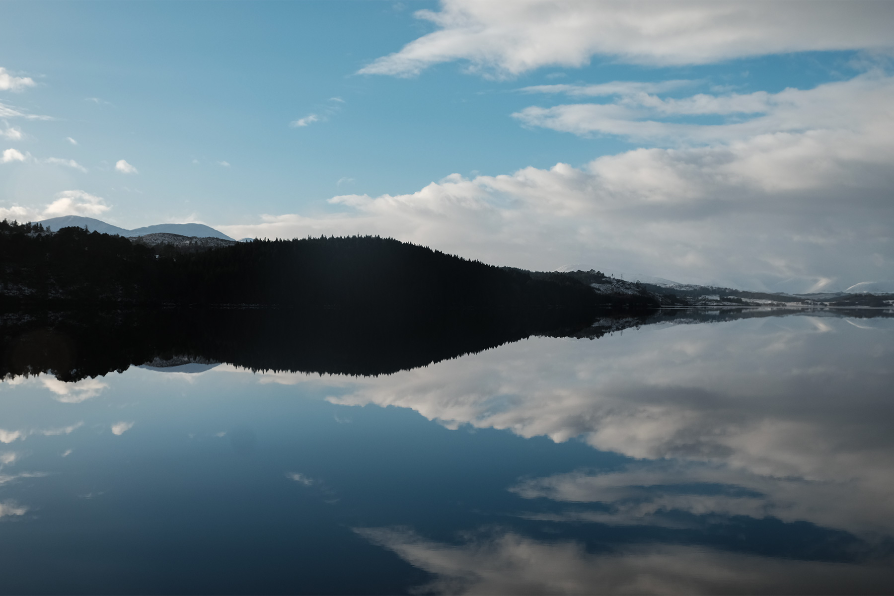 Spiegelung im Loch Garry in Schottland